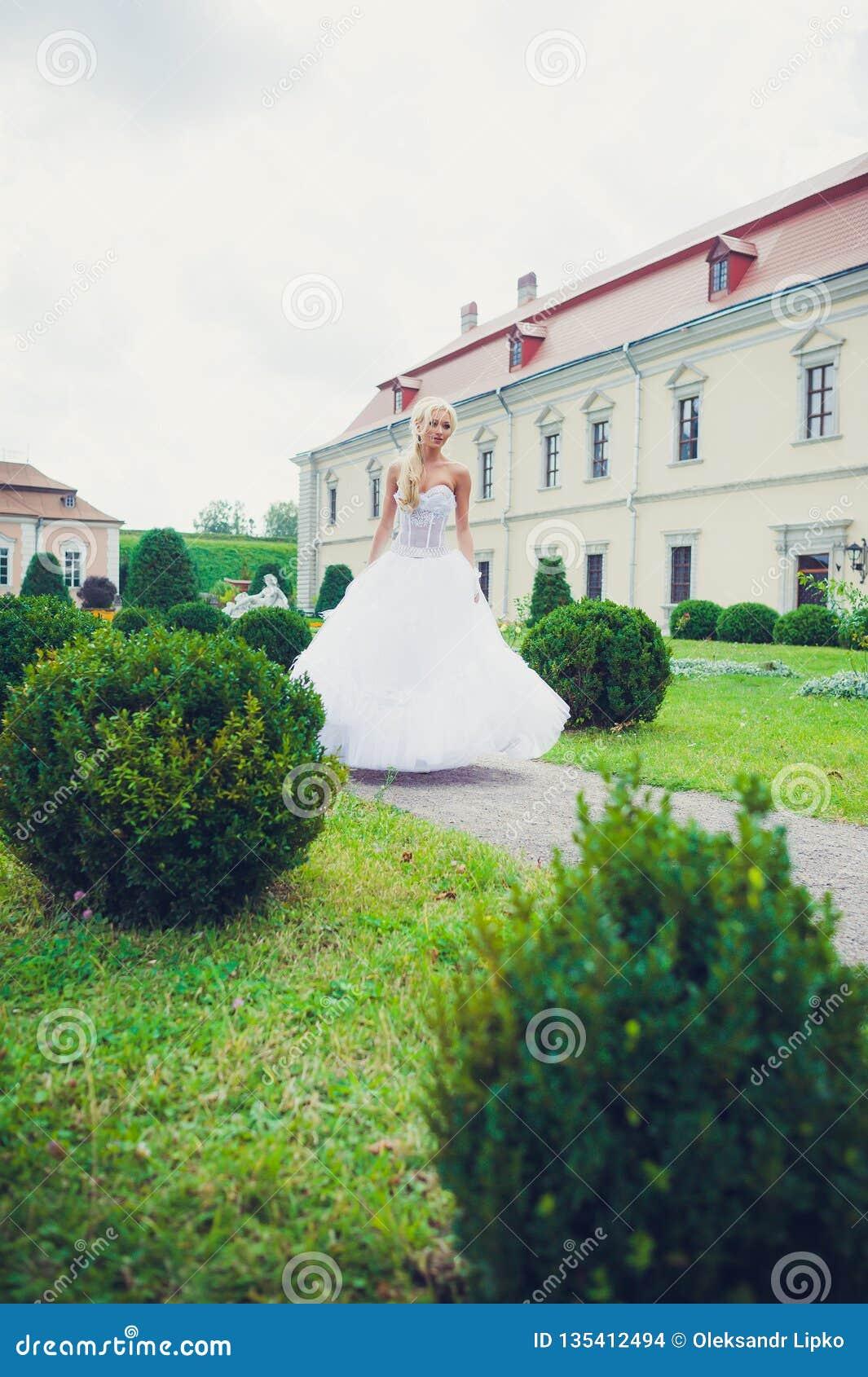 Portrait sensuel de belle jeune mariée