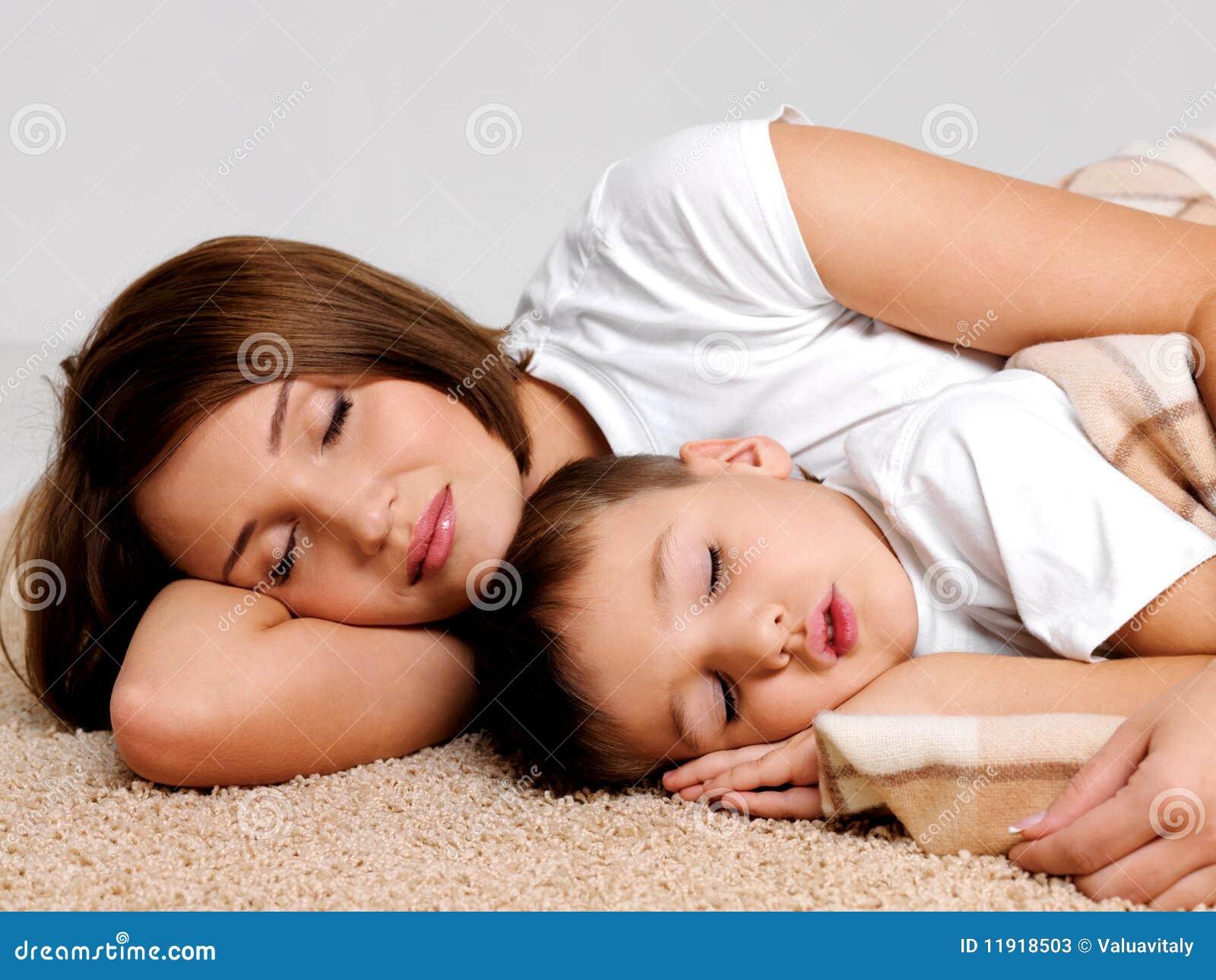 Спящая мать фото 4 фотография