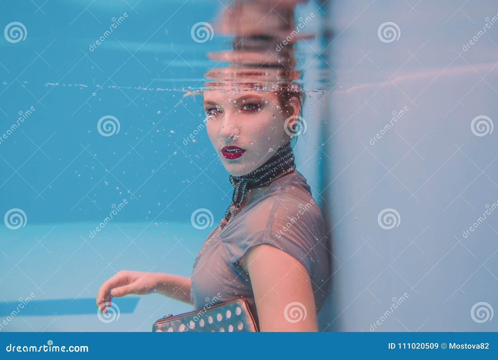 Portrait surréaliste de bel art étonnant de jeune femme dans la robe grise et l écharpe perlée sous-marines