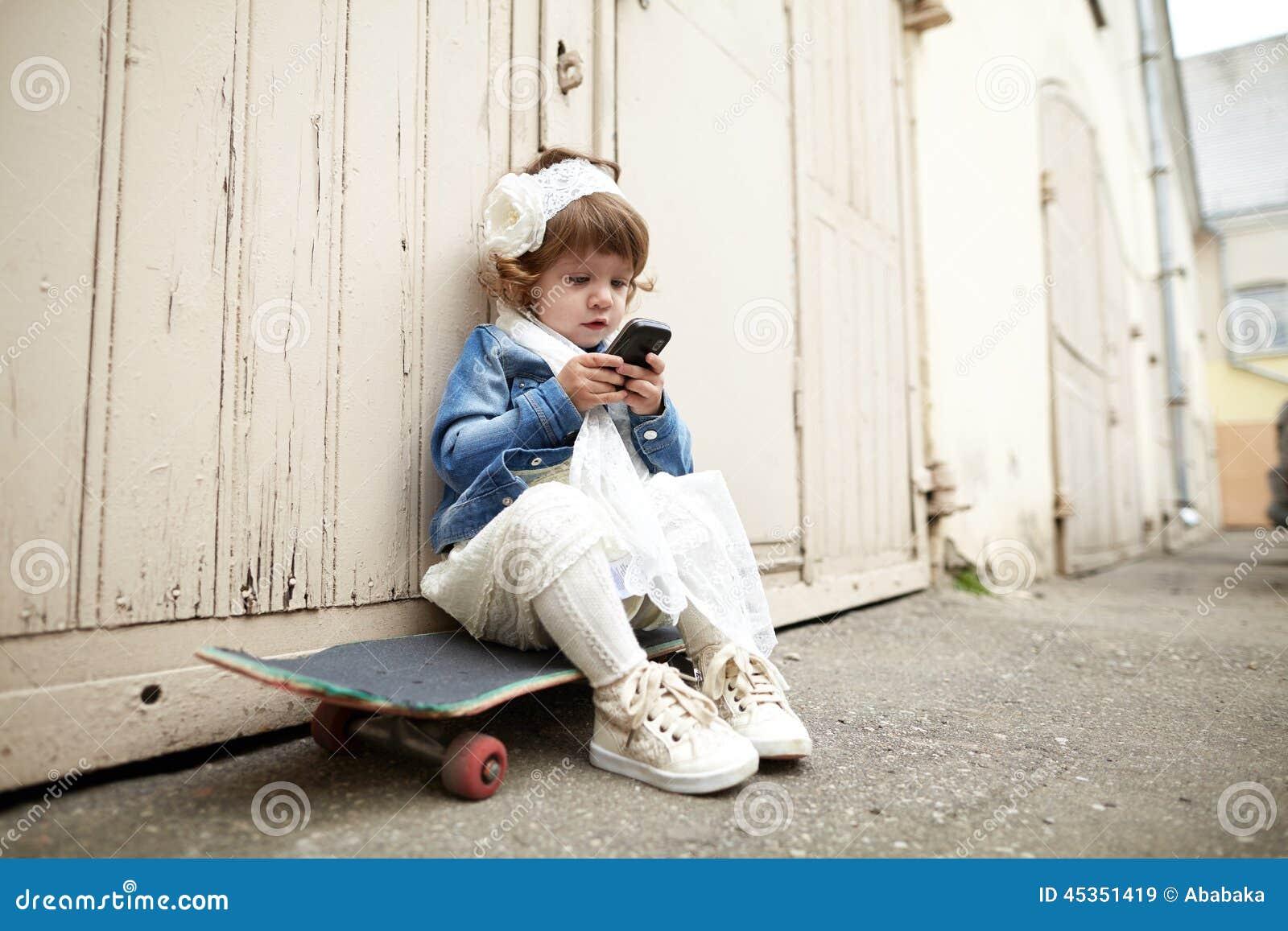 Portrait urbain de fille mignonne de hippie