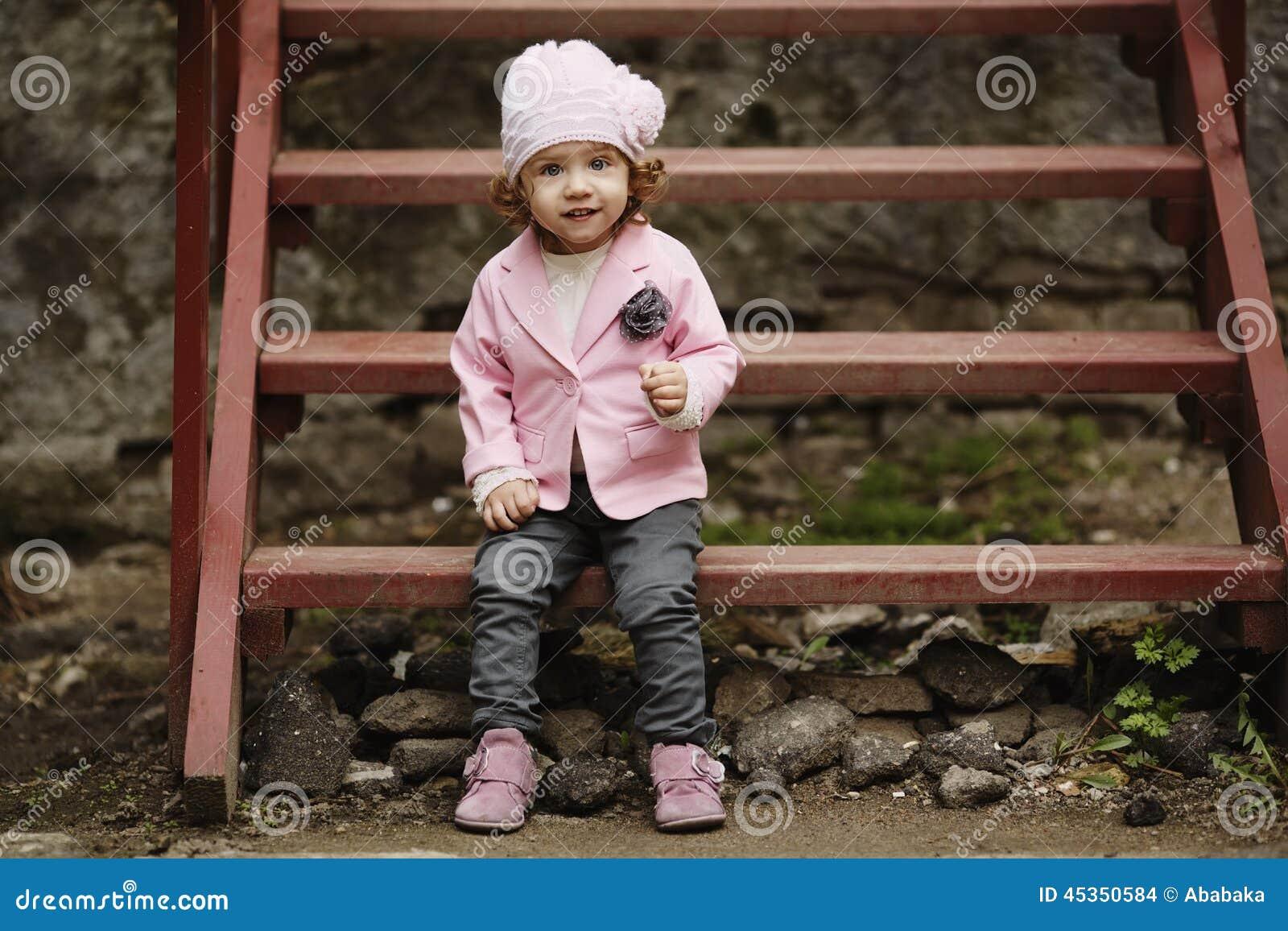 Portrait urbain de petite fille