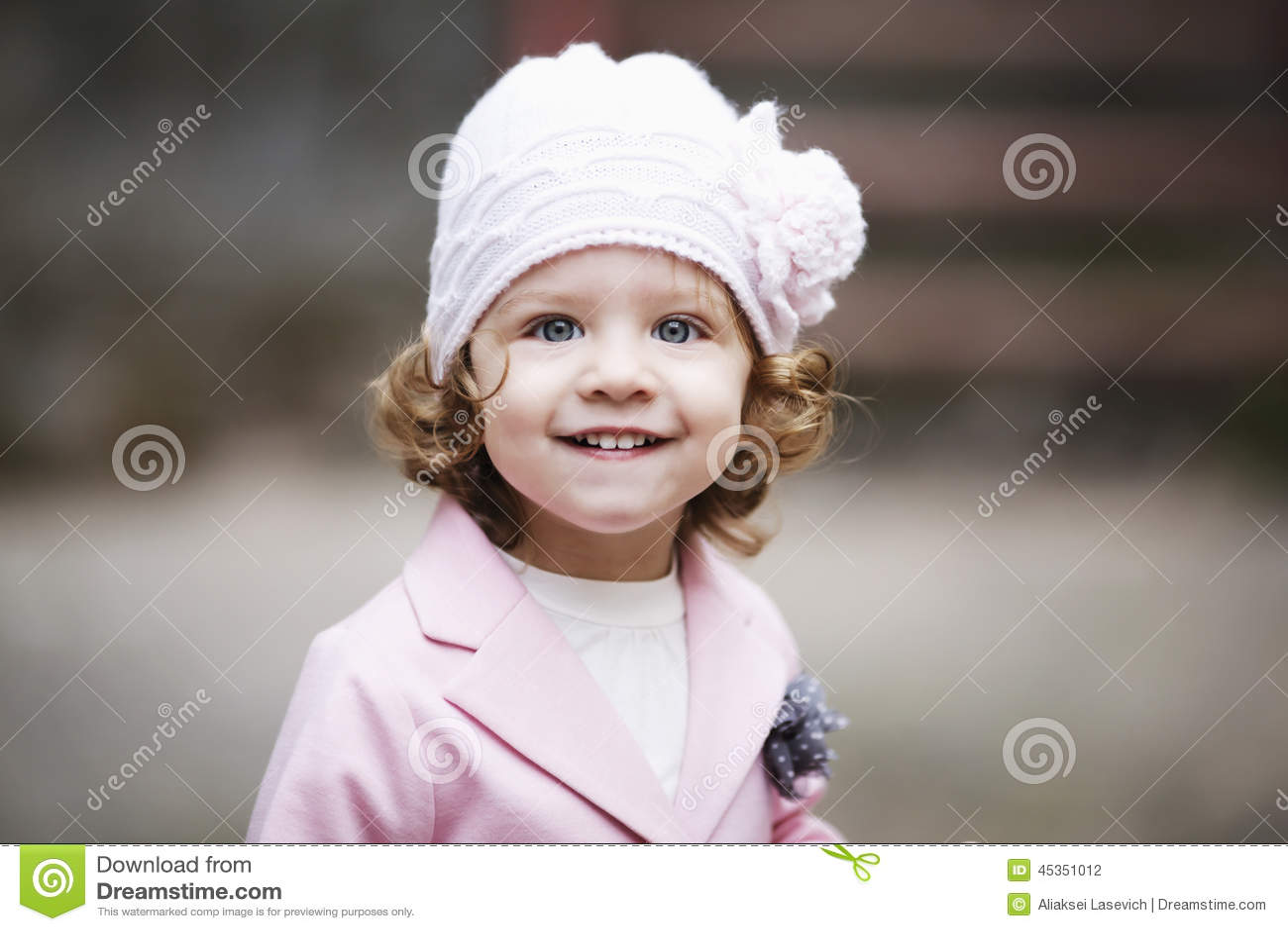 Portrait urbain de petite fille bouclée de hippie