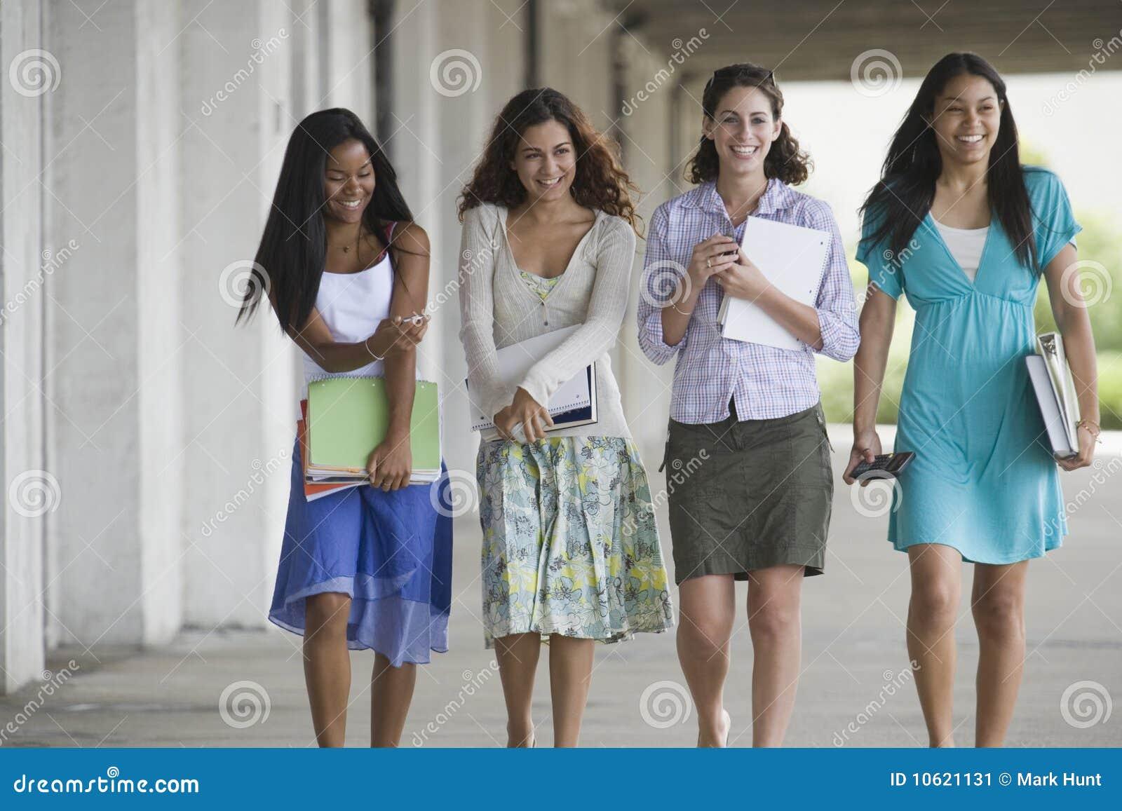 Portrait von vier Jugendlichen.