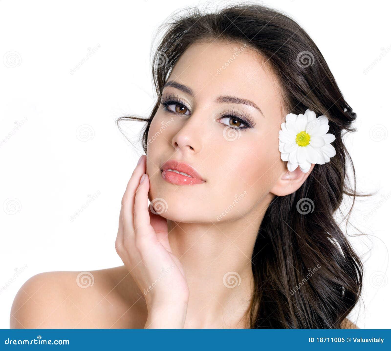 Flower in hair best flower 2017 80 spring summer wedding hairstyles with flowers femaline izmirmasajfo Image collections