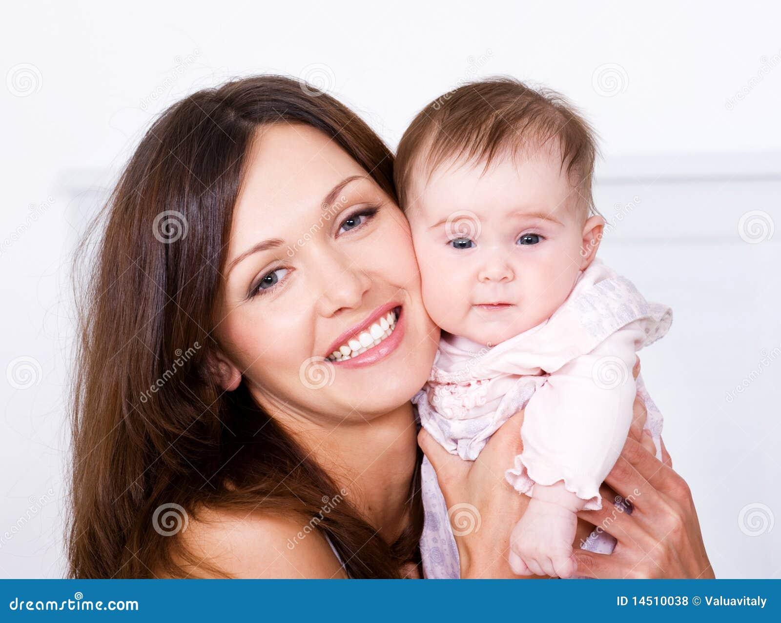 Portrat van gelukkige moeder met baby