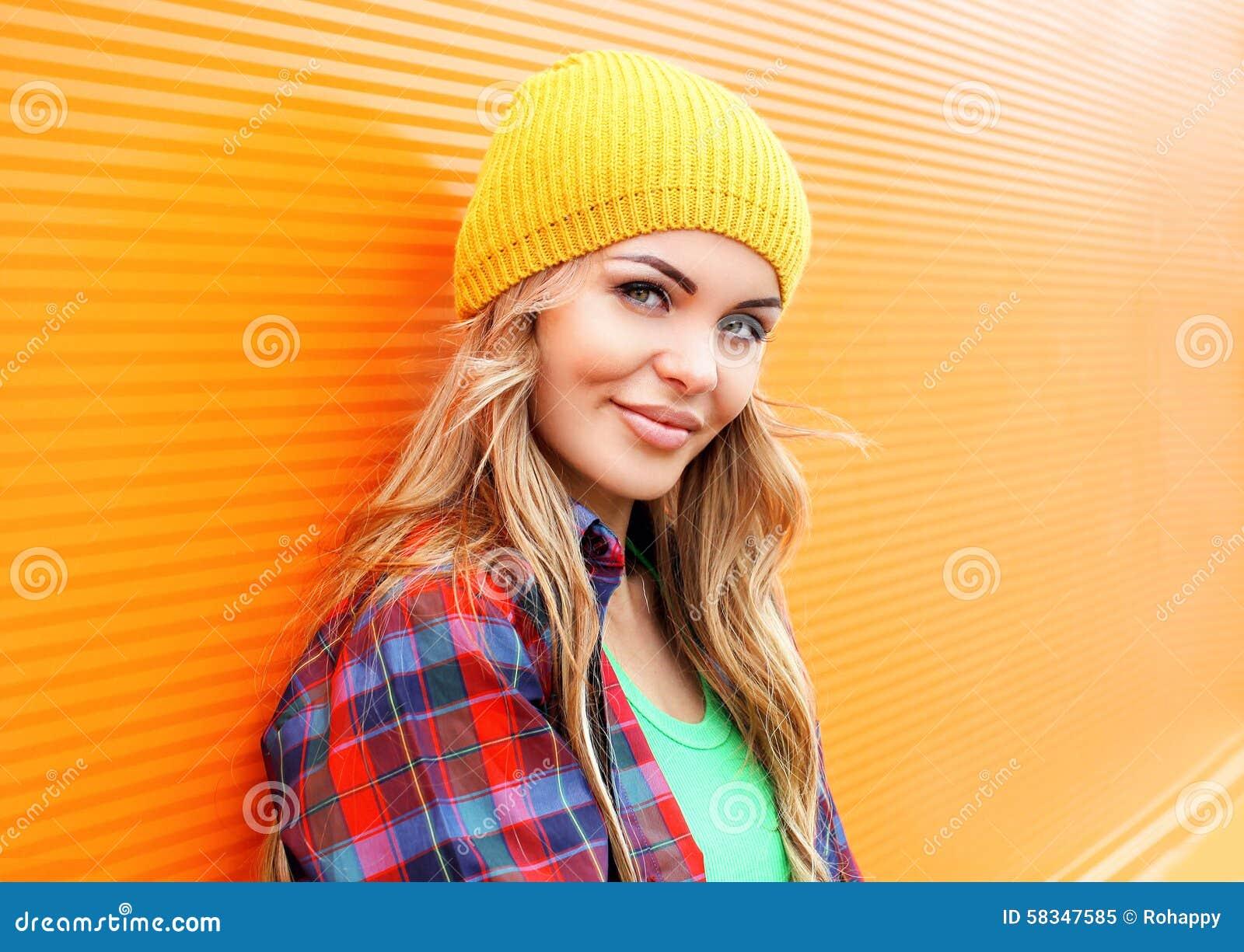 Portret ładna blondynki kobieta w kolorowych ubraniach