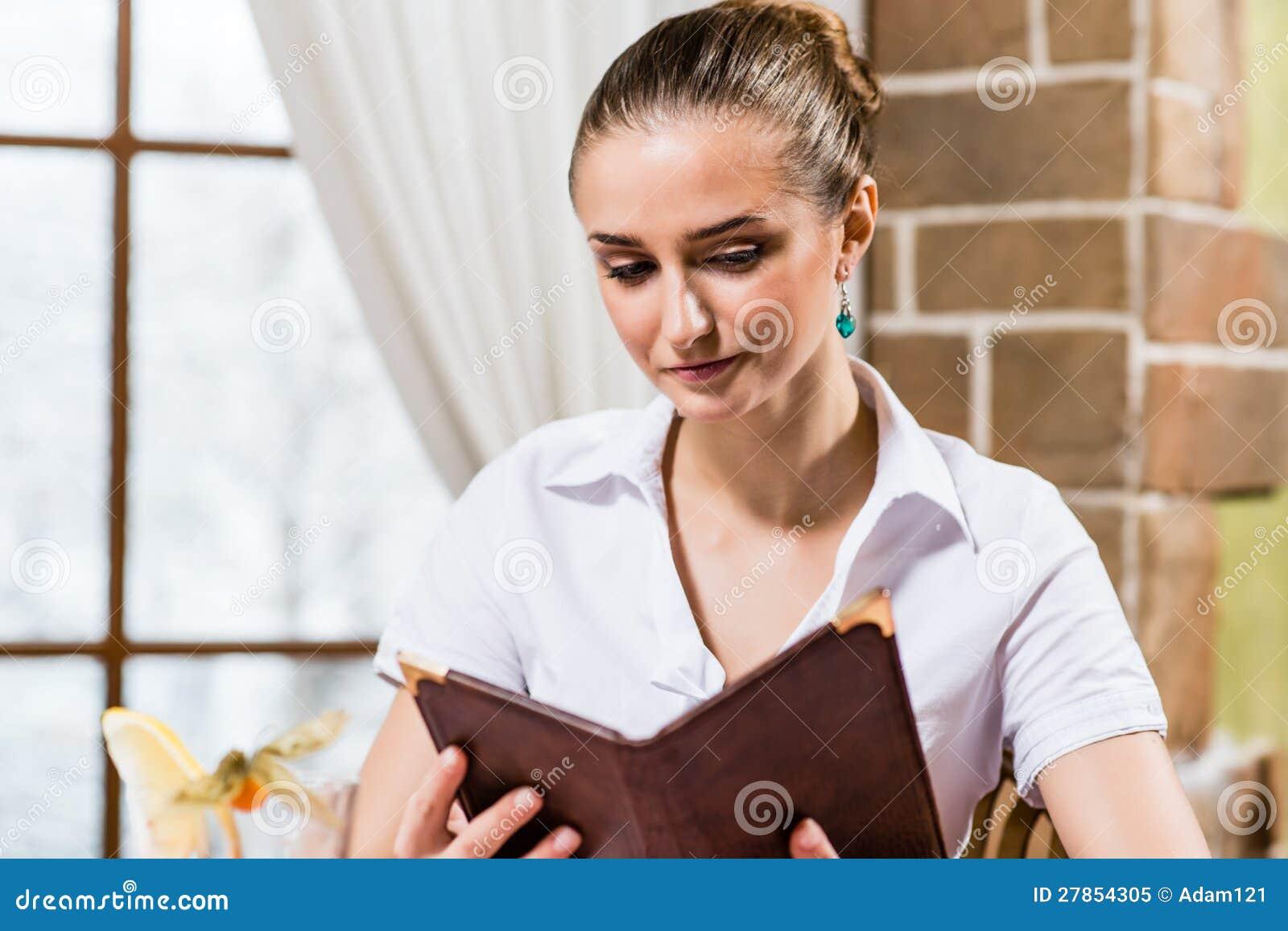 Portret ładna dama przy restauracją