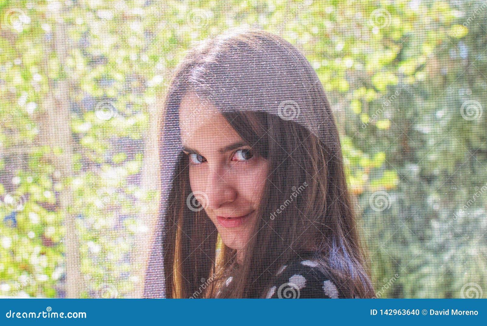 Portret ładna dziewczyna ono uśmiecha się i flirtuje z kamerą