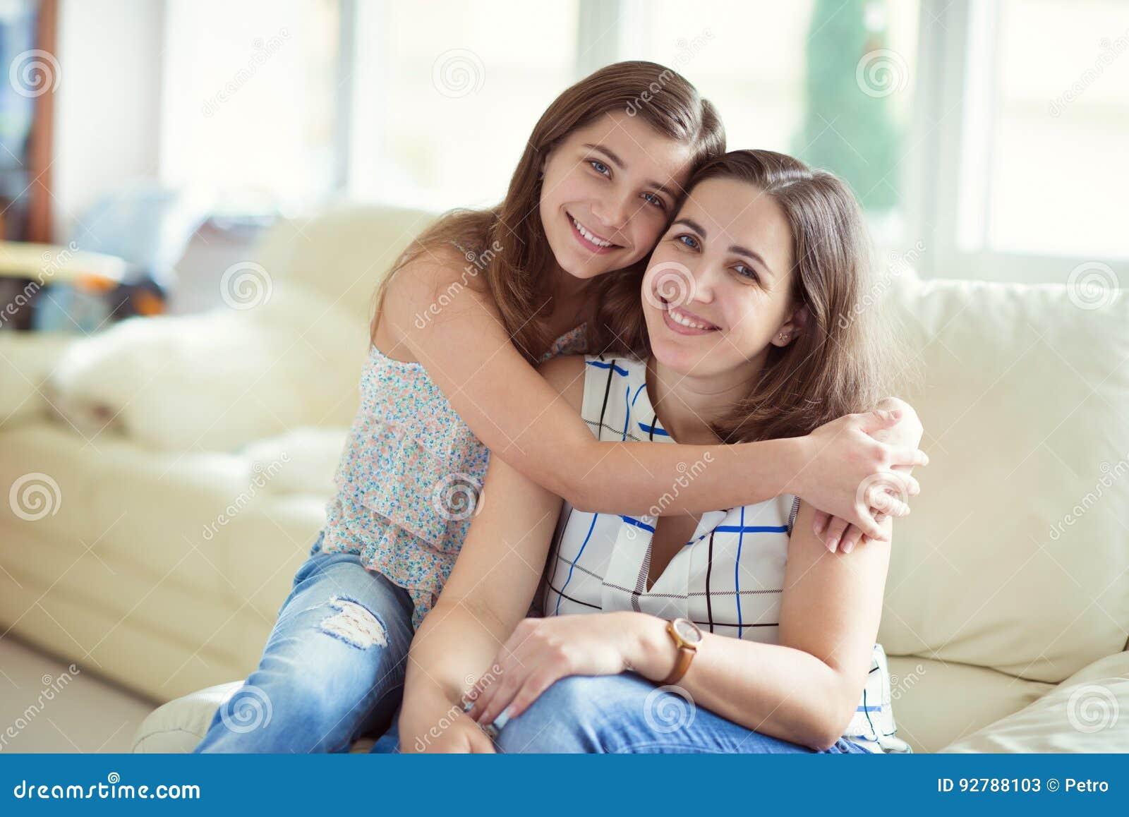 Portret ładna potomstwo matka z jej tennager córką