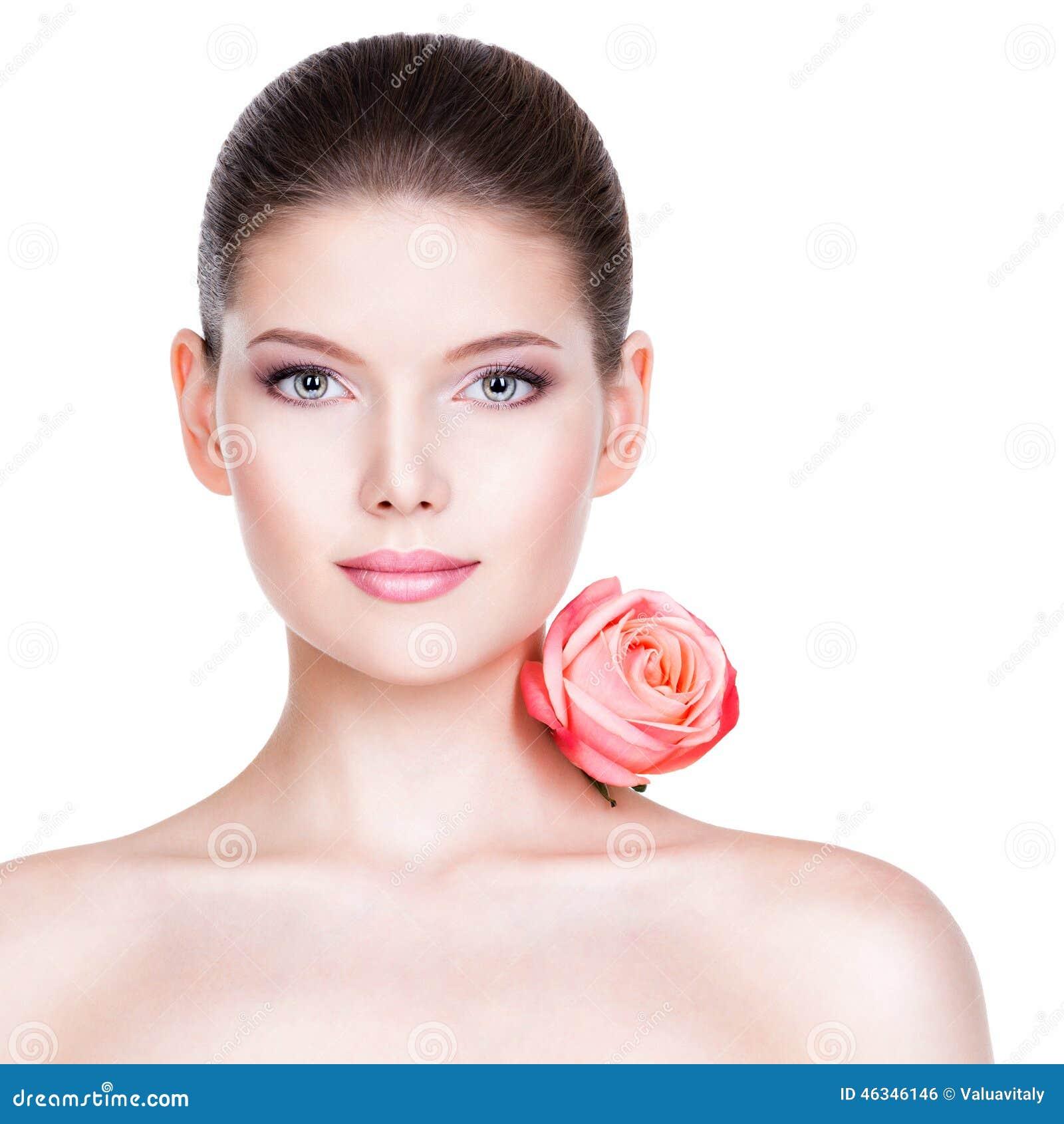 Portret ładna twarz piękna kobieta z różowi różanego