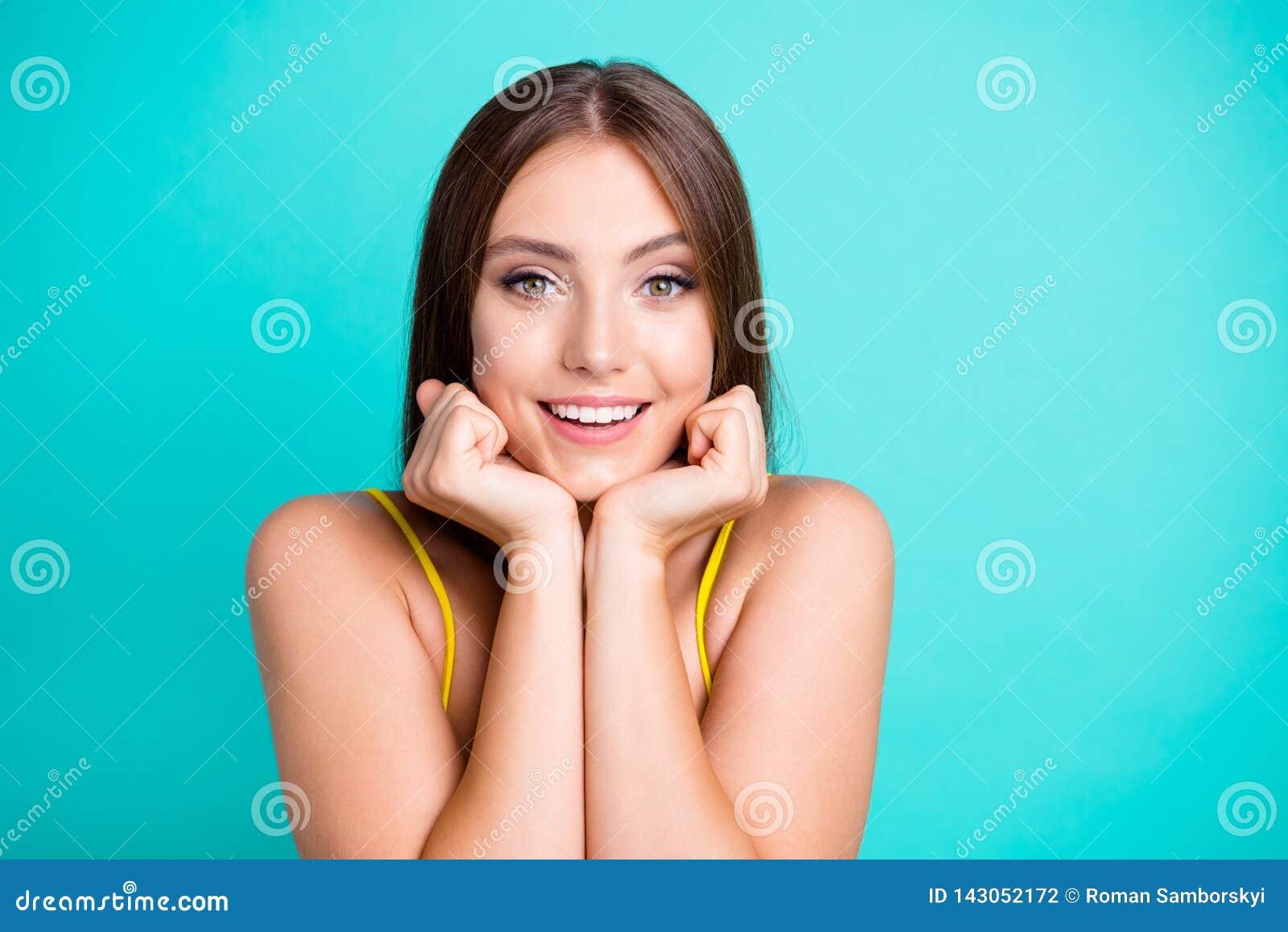 Portret ładny pozytywny rozochocony zadowolony atrakcyjny śliczny swe