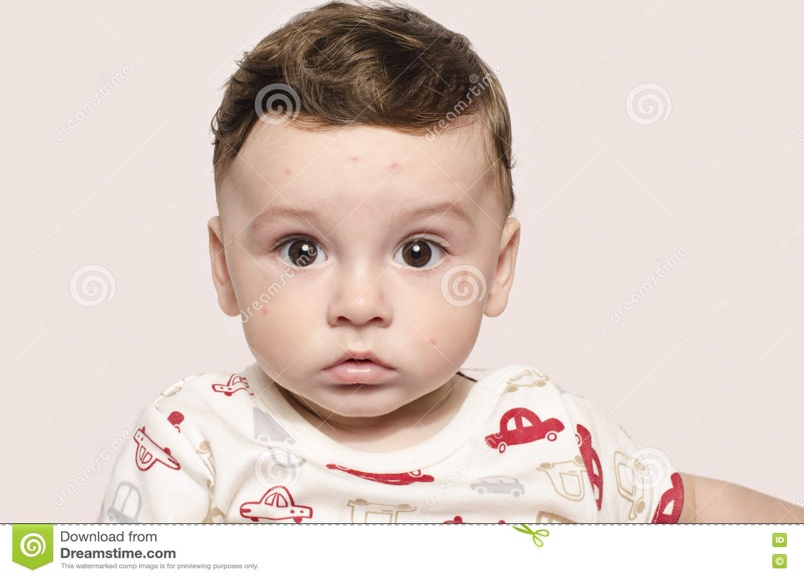 Portret śliczna chora chłopiec patrzeje zaskakujący przy kamerą
