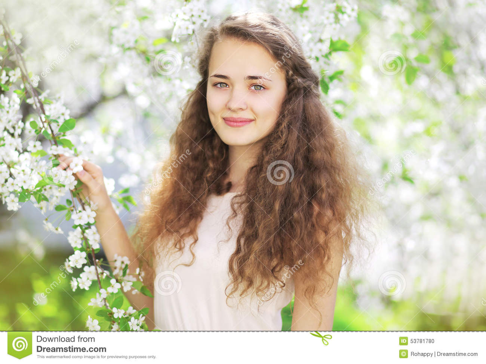 Portret śliczna dziewczyna w wiosny kwiecenia ogródzie
