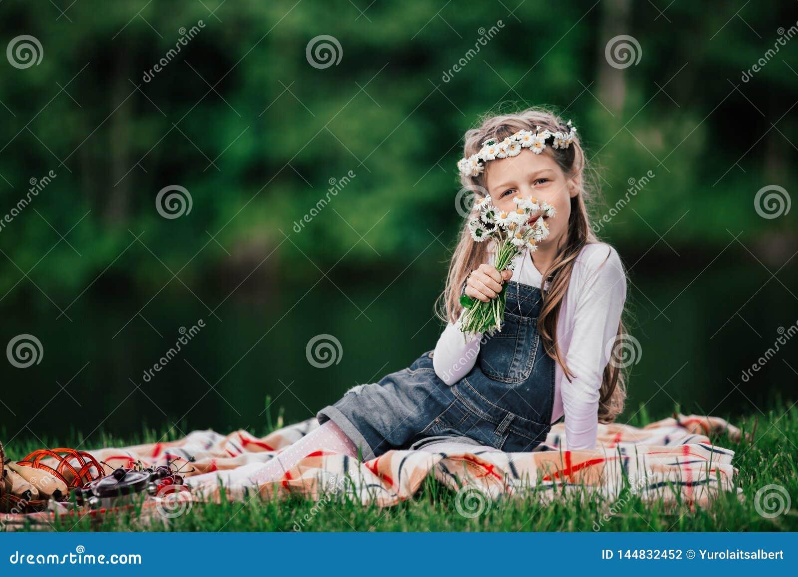 Portret śliczna dziewczyna z bukietem stokrotki