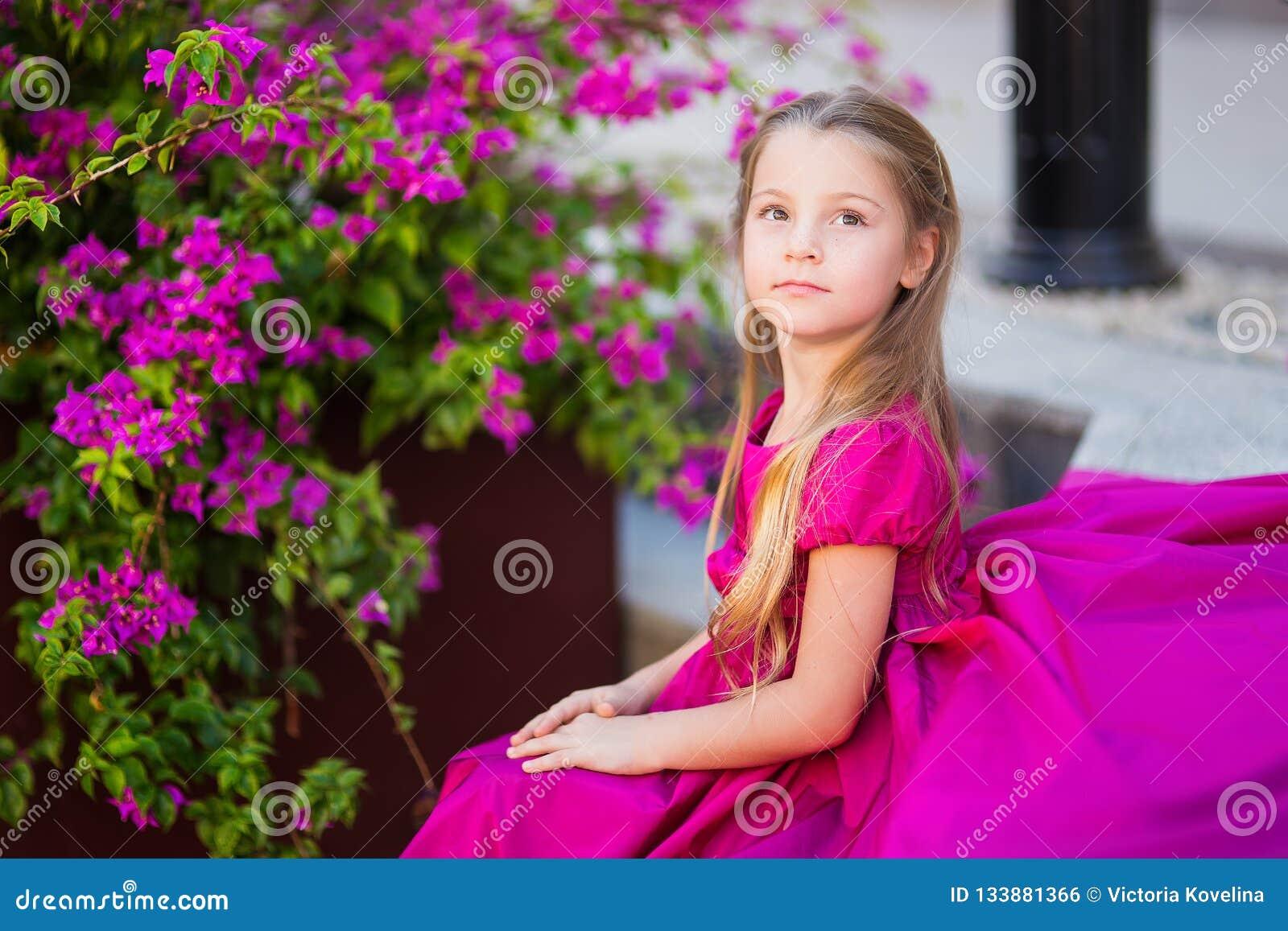 Portret śliczna piękna dziewczyna z długie włosy w princess sukni