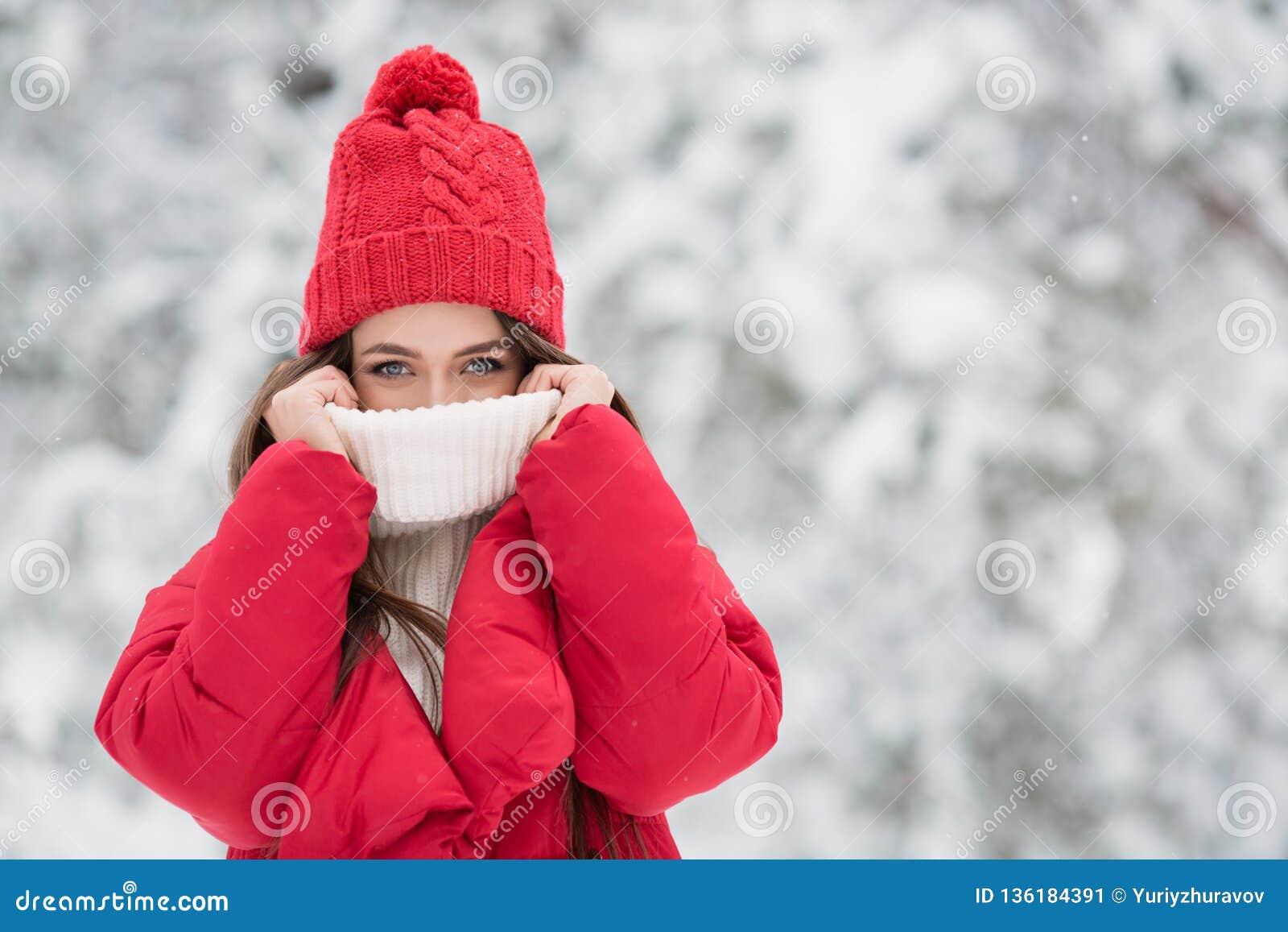 Portret śliczna szczęśliwa kobieta plenerowa