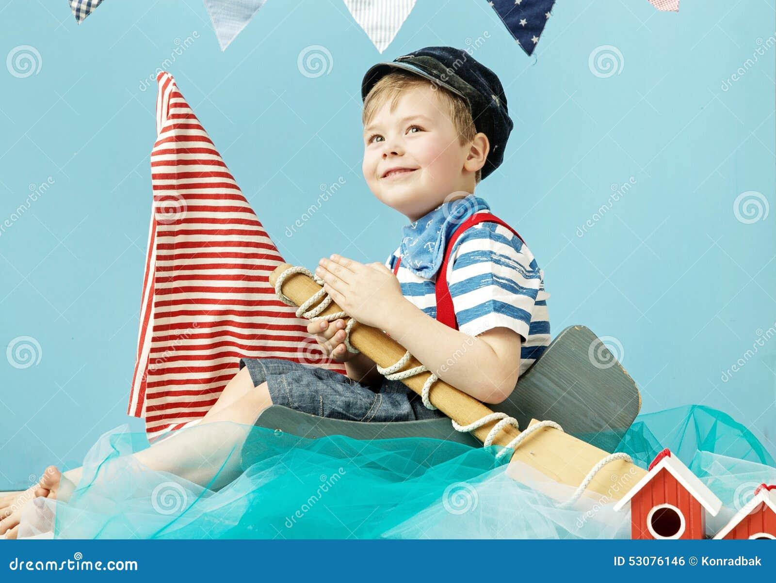 Portret śliczny żeglarz troszkę