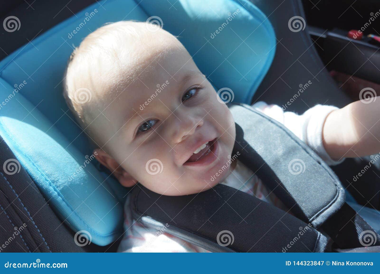 Portret śliczny berbeć chłopiec obsiadanie w samochodowym siedzeniu Dziecko transportu bezpieczeństwo