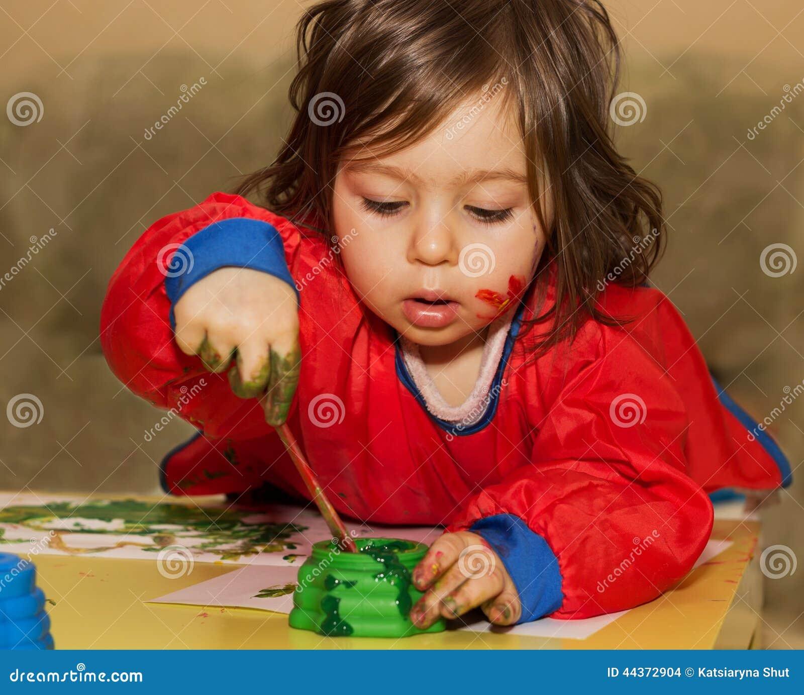 Portret Śliczny małe dziecko rysunek, studiowanie przy daycare i