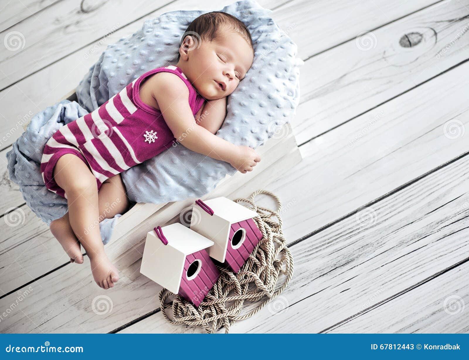 Portret śliczny mały dziecko ma drzemkę