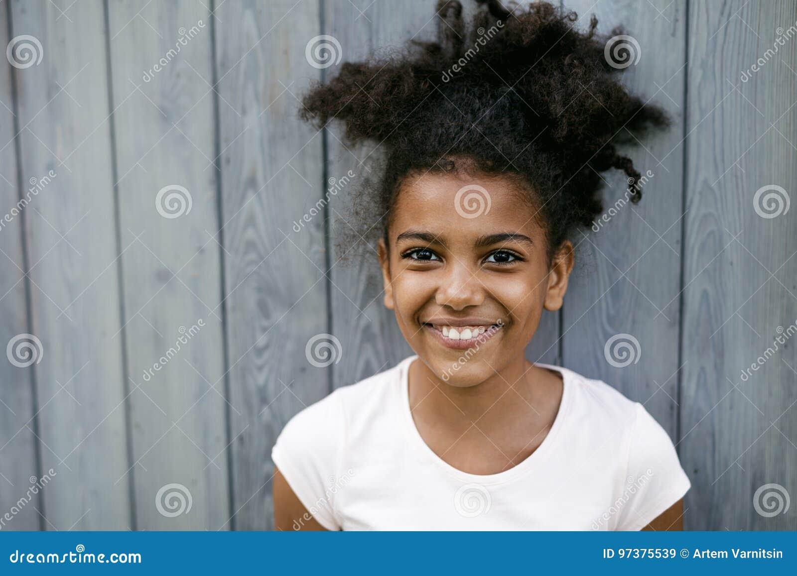 Portret śmieszna uśmiechnięta dziewczyna