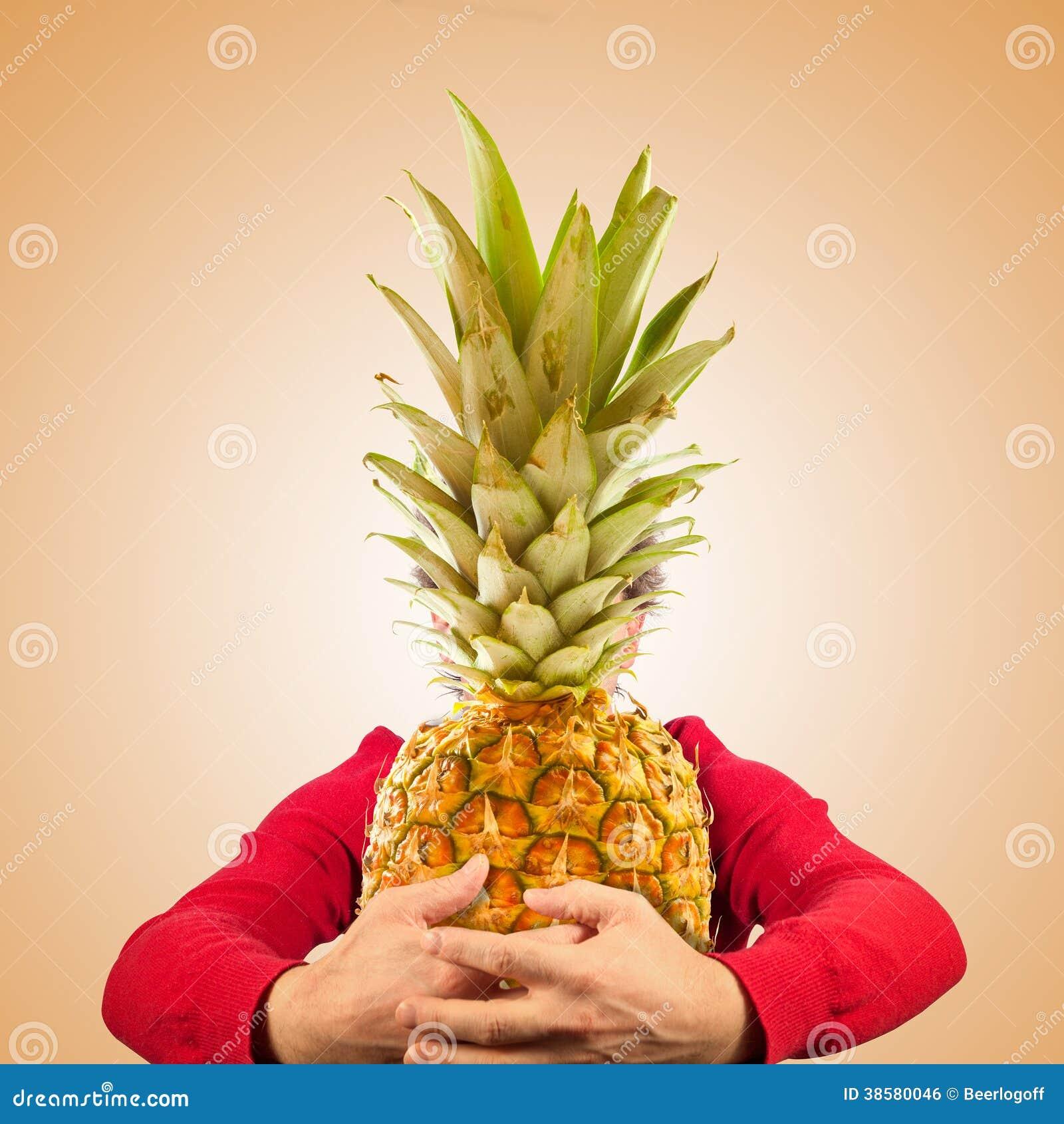 Portret śmieszny mężczyzna z ananasem