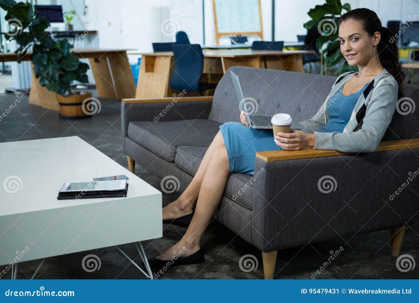 Portret żeński dyrektora wykonawczego mienia laptop