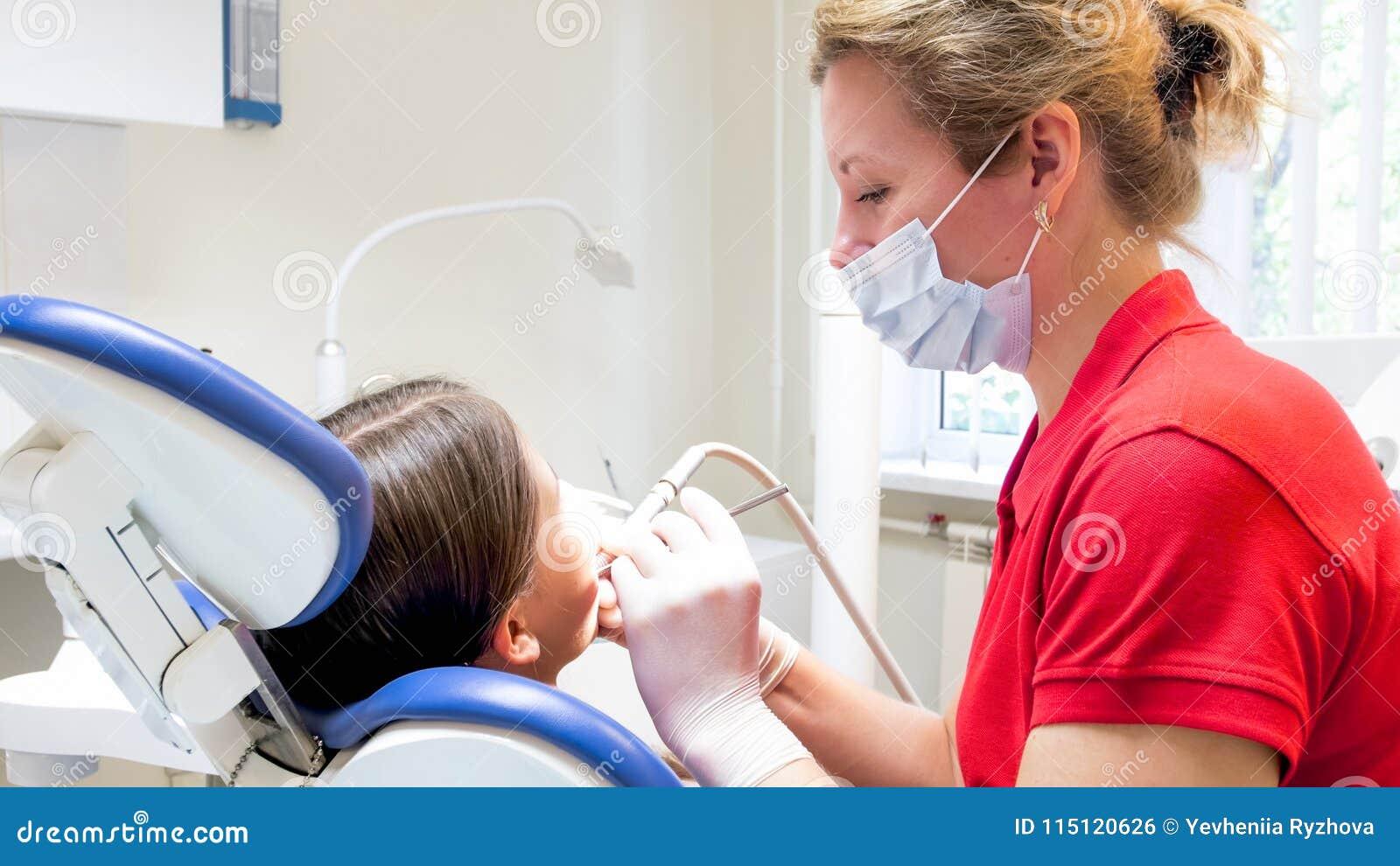 Portret żeński pediatryczny dentysty częstowanie żartuje zęby