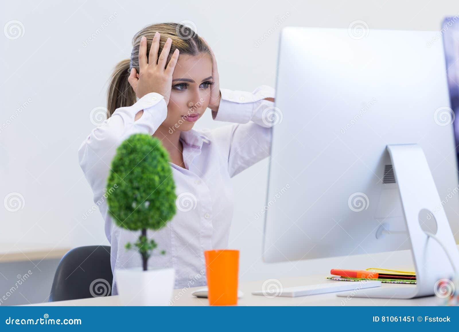 Portret żeński przedsiębiorcy obsiadanie w biurze podczas gdy doin