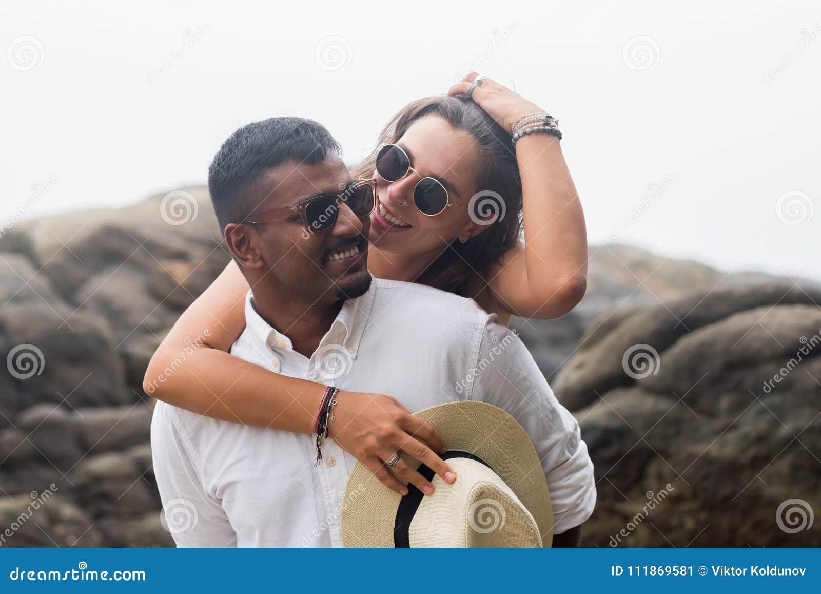 Portret żywi potomstwa dobiera się przy plażą Są szczęśliwi i uśmiechy Pojęcie właśnie zamężna rodzina