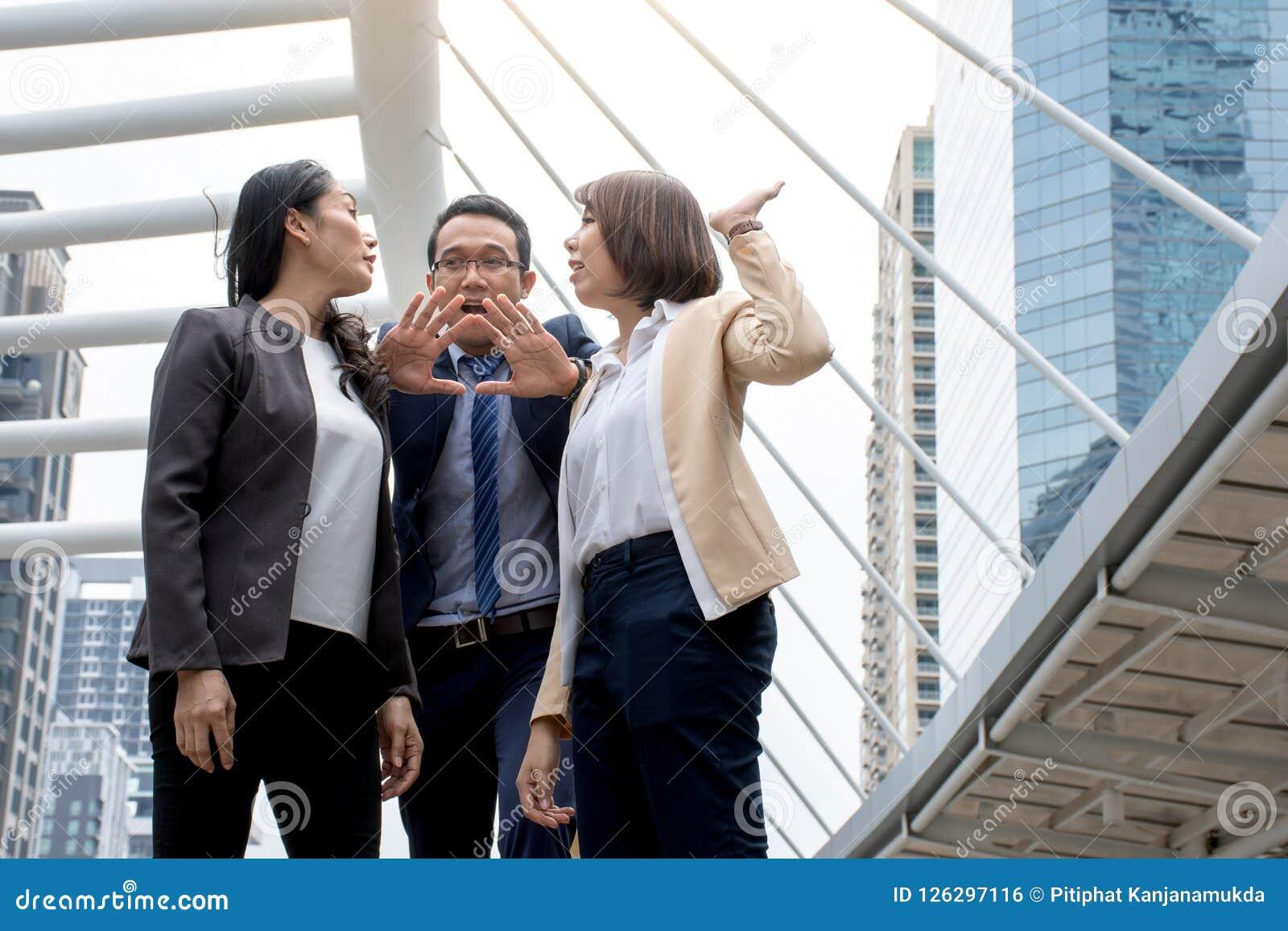 Portret Agresywne młode Azjatyckie kobiety w formalnej odzieży lub bizneswomanu boju podczas gdy mężczyzna odradza dla walki