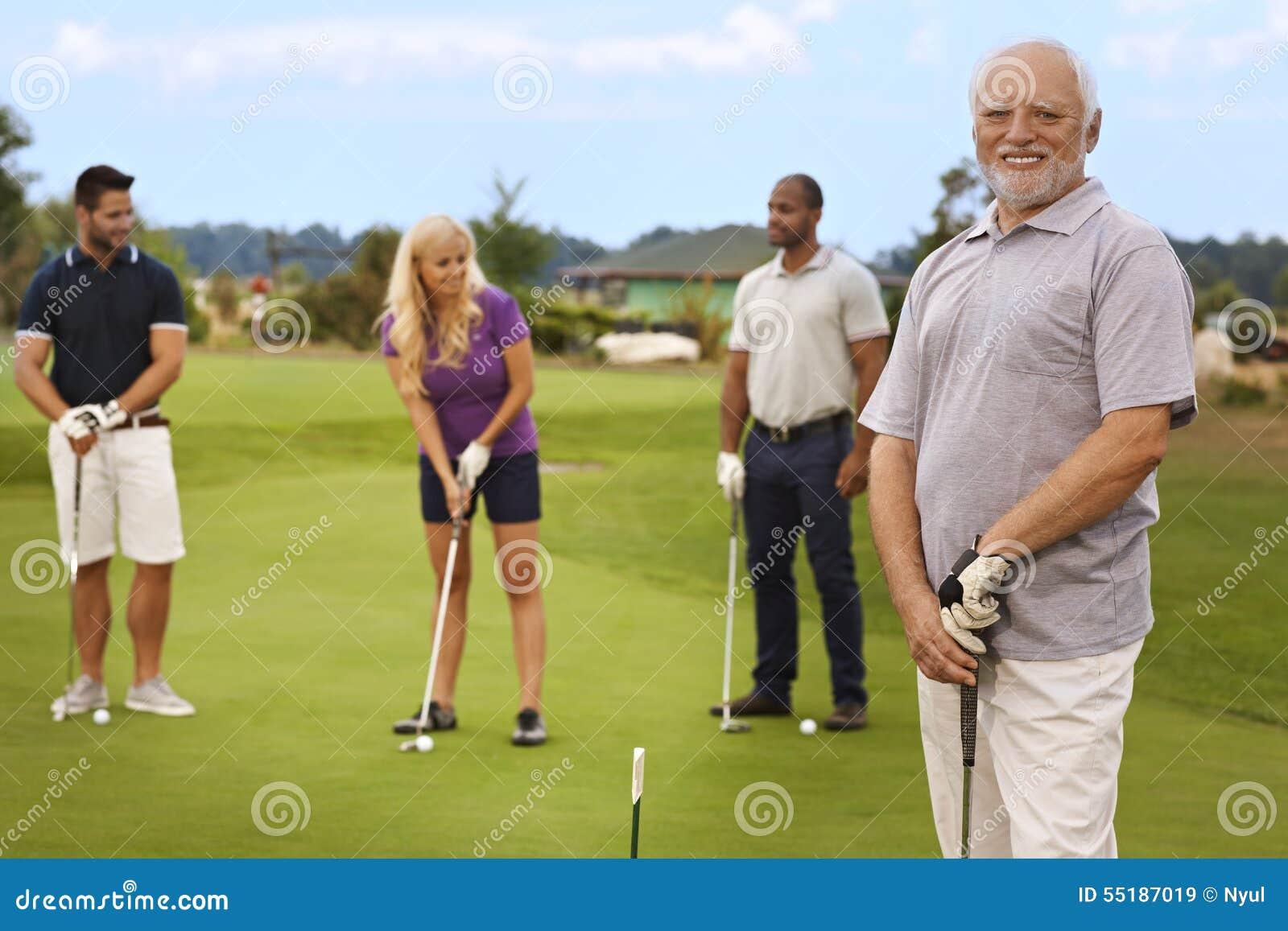 Portret aktywny senior na polu golfowym