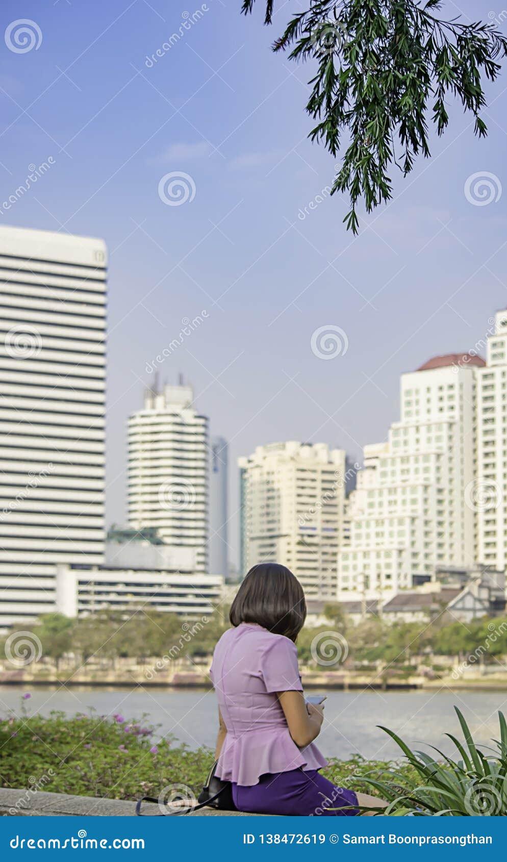 Portret Asean kobiety z krótkiego włosy brązu tła Budować rozmyty