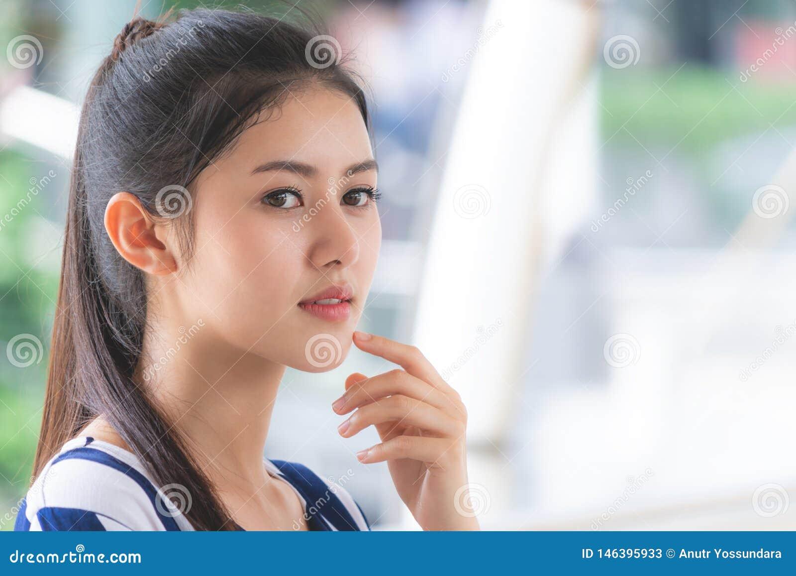 Portret Atrakcyjna kobiety twarzy skóra plenerowa