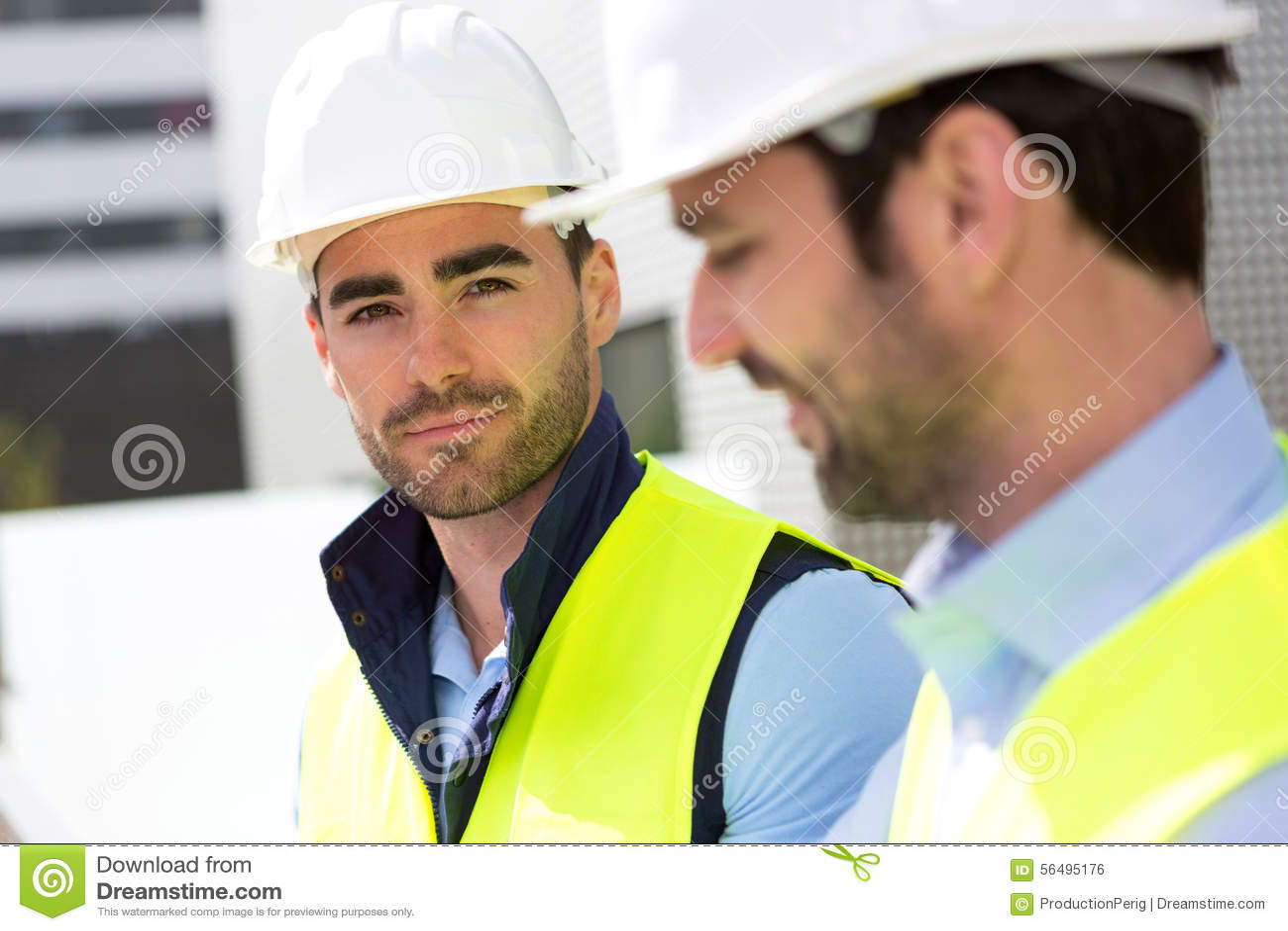 Portret atrakcyjny pracownik na budowie