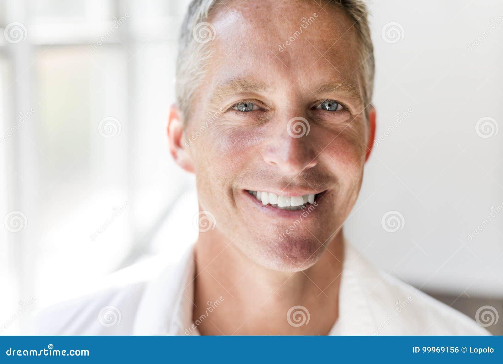 Portret atrakcyjny 40 roczniaka mężczyzna