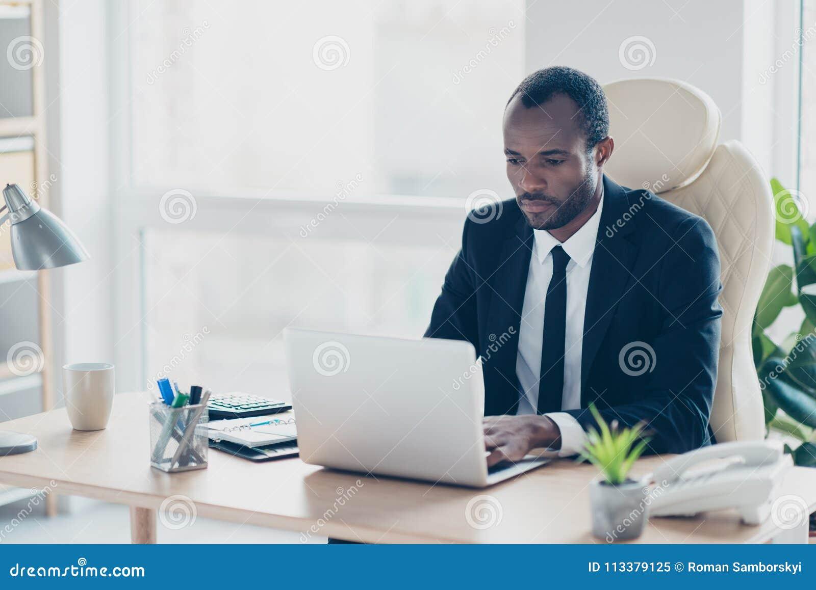 Portret atrakcyjny skoncentrowany ufny elegancki prawnik wewnątrz