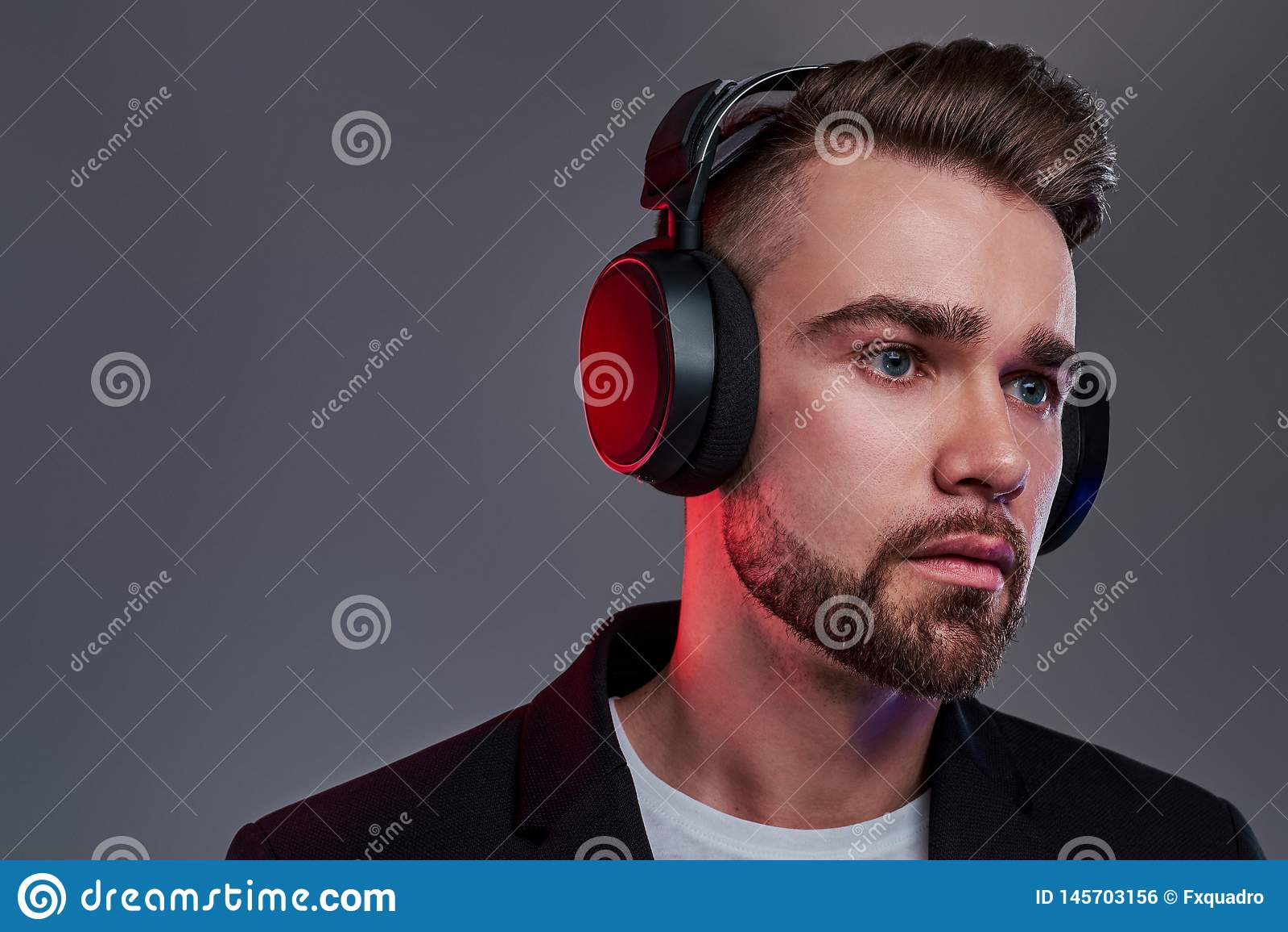 Portret atrakcyjny zadumany mężczyzna w bezprzewodowych hełmofonach