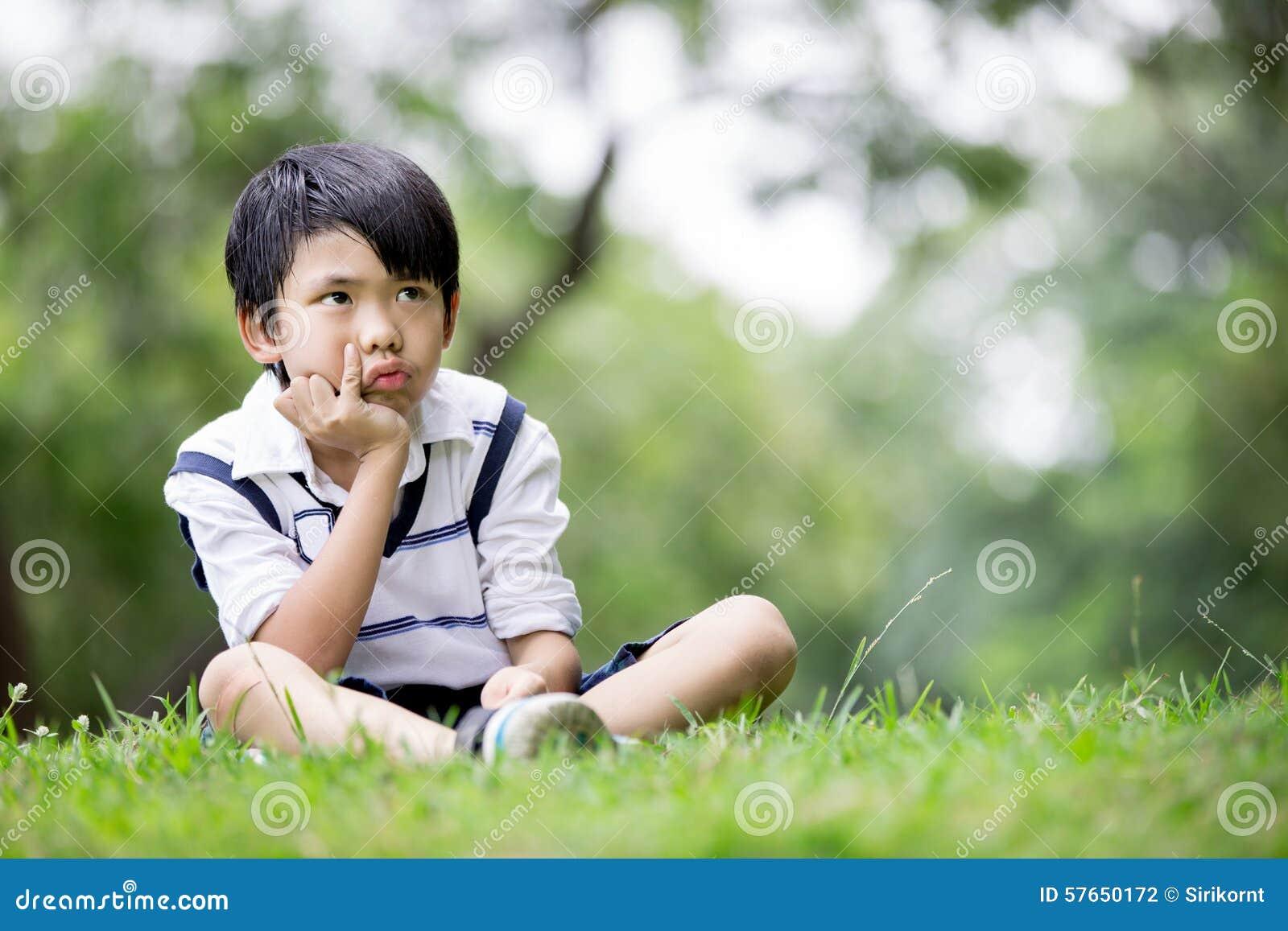 Portret azjatykcia chłopiec w parku troszkę