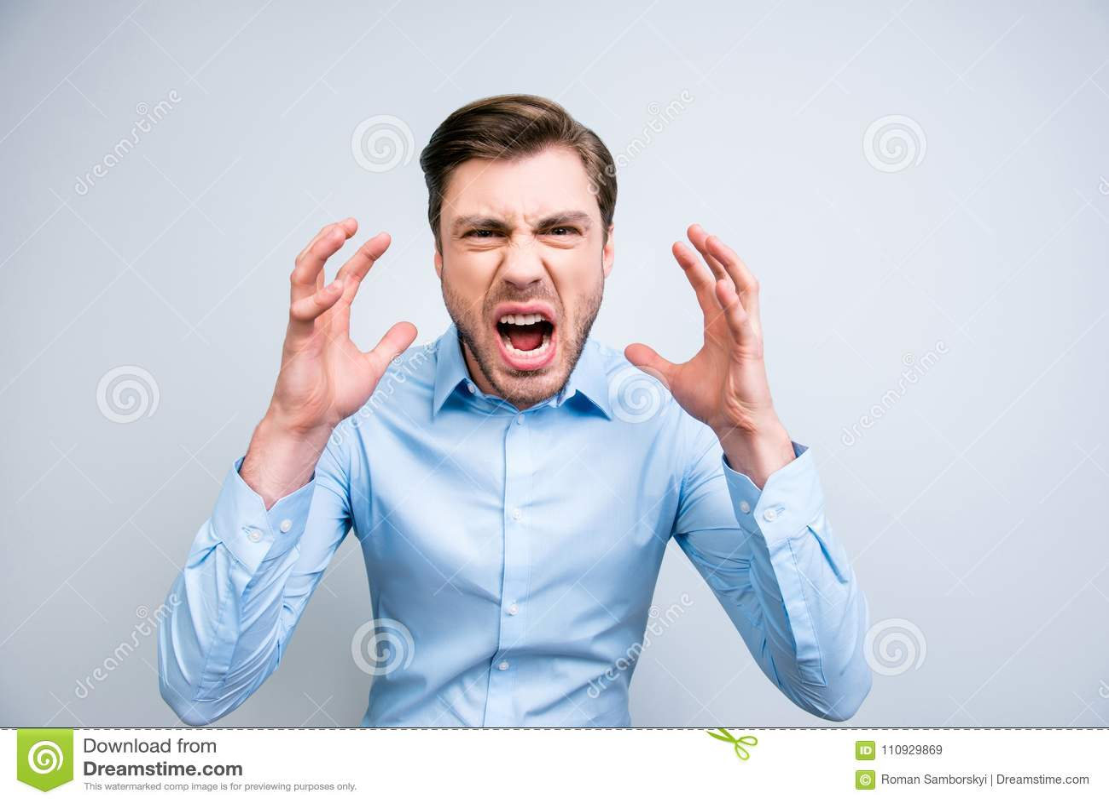 Portret bardzo gniewny, dokuczający, dziki mężczyzna krzyczy, wrzeszczący, hol
