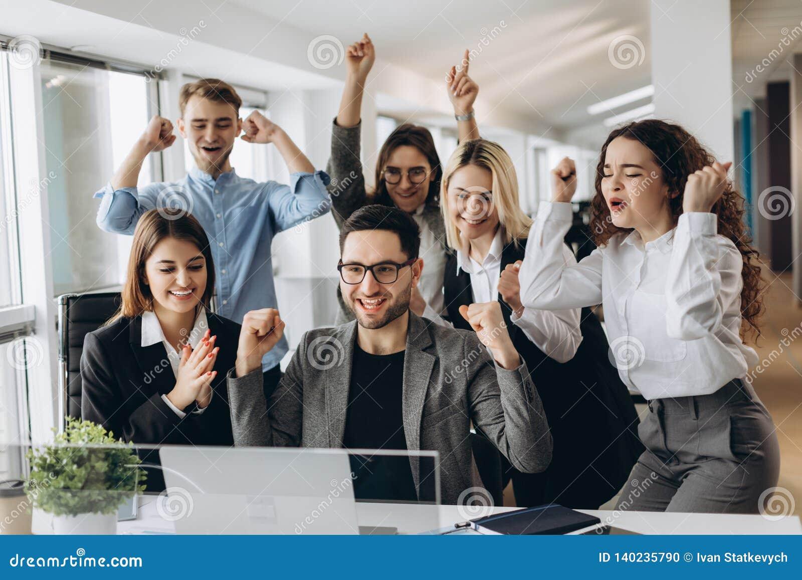 Portret bardzo szczęśliwa pomyślna ekspresyjna gestykuluje biznes drużyna przy biurem