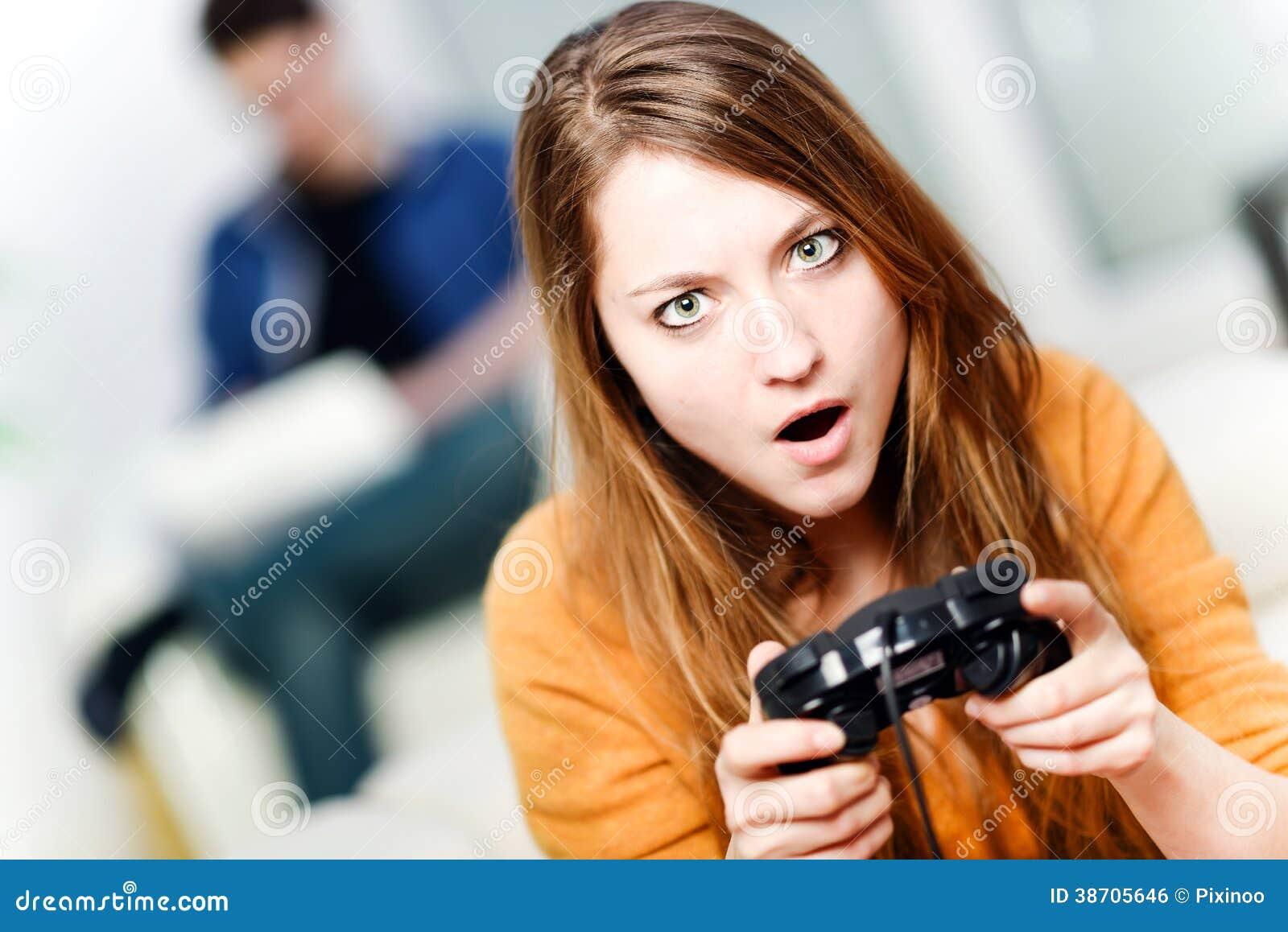 Portret bawić się gra wideo w domu piękna kobieta