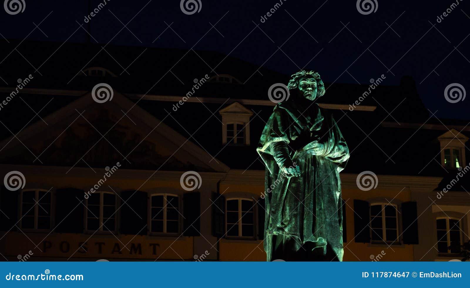 Portret Beethoven statua przy nocą