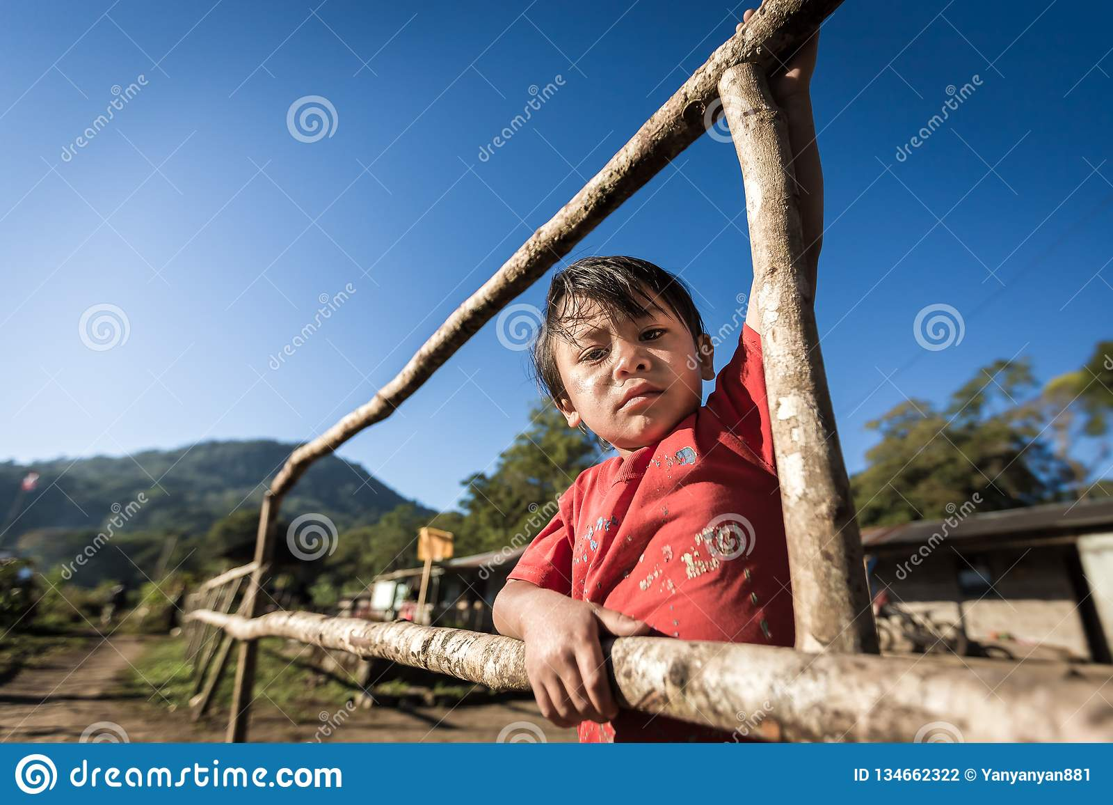 Portret biedny dziecko od wiejskiej części Bali, Indonezja