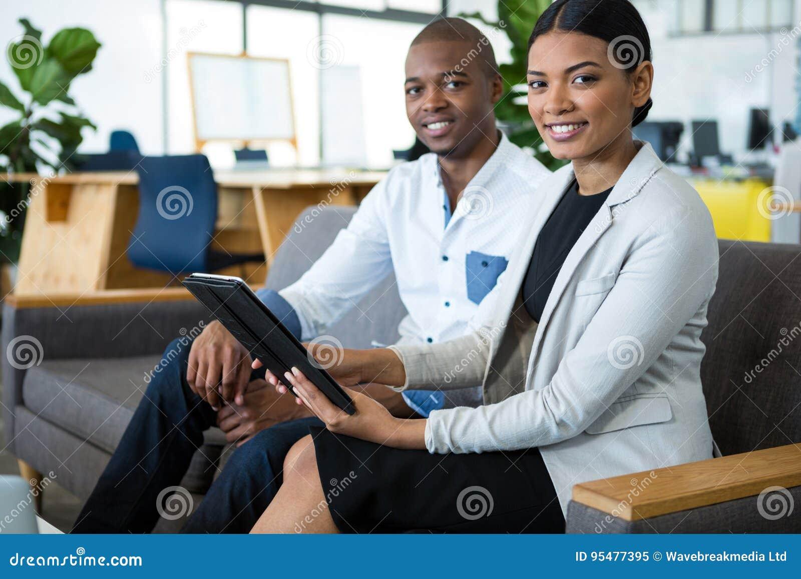 Portret biznesmen i kolega dyskutuje nad cyfrową pastylką