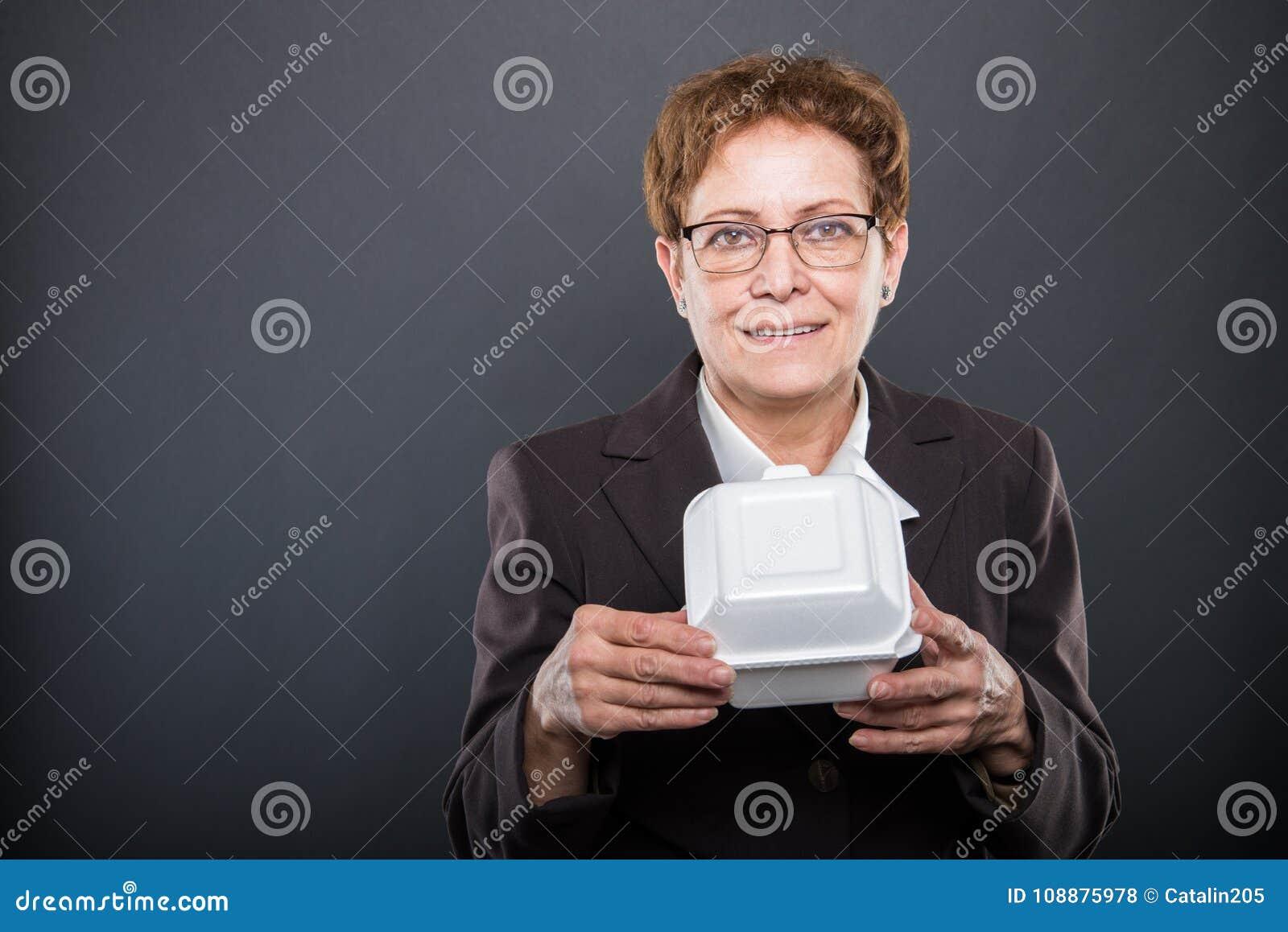 Portret biznesowy starszy damy mienia lunchu pudełko