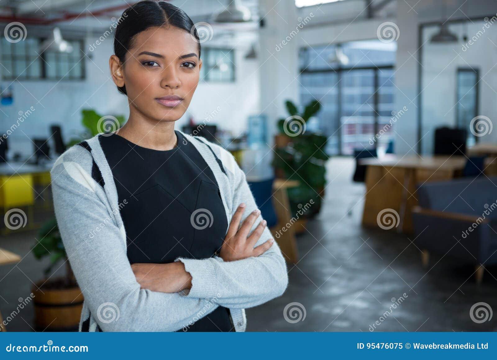 Portret bizneswoman pozycja z rękami krzyżować