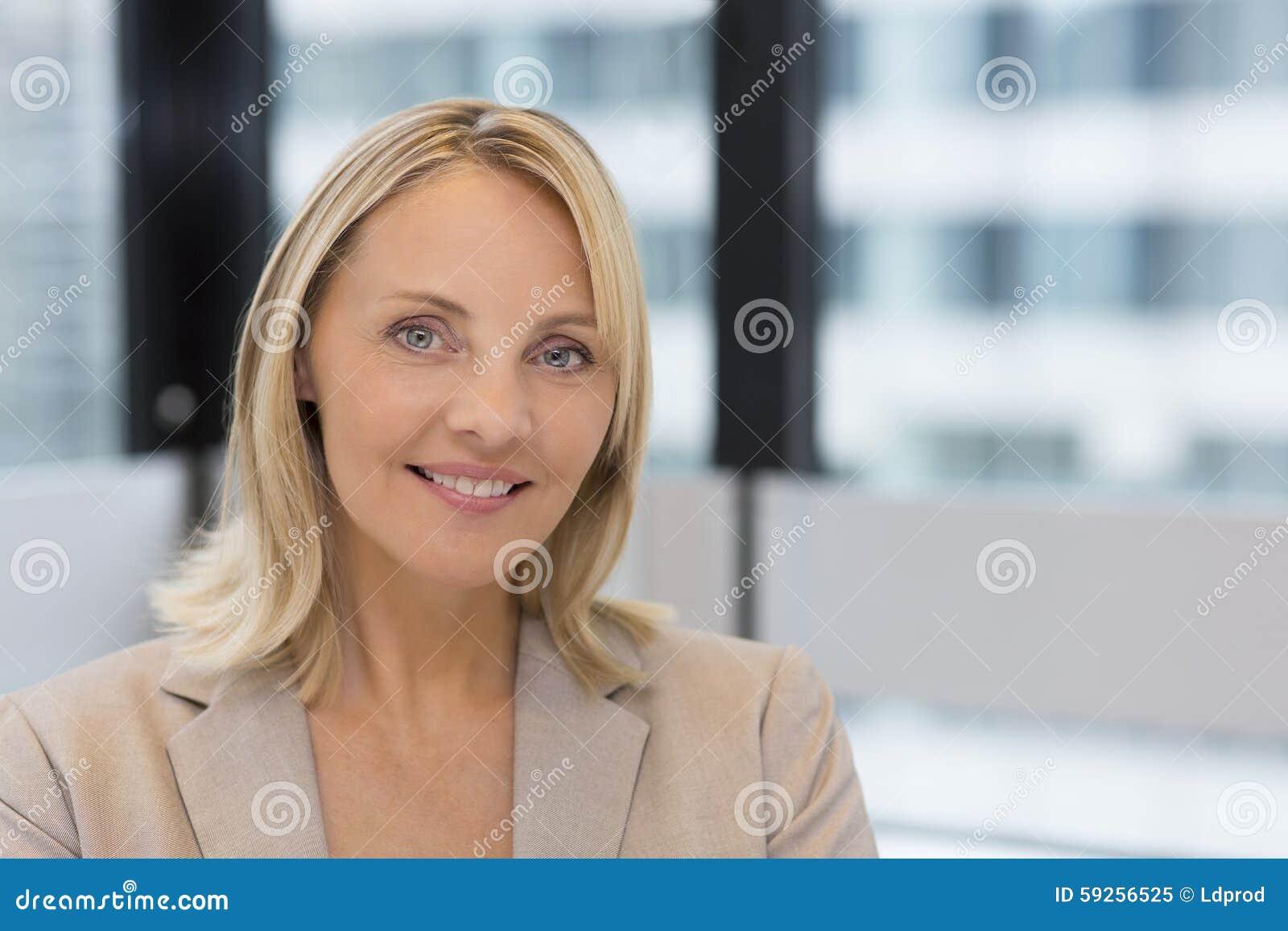 Portret bizneswoman w nowożytnym biurze Budować w backgrou
