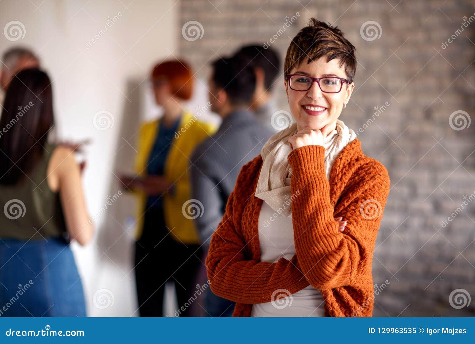 Portret bizneswoman z kolegami