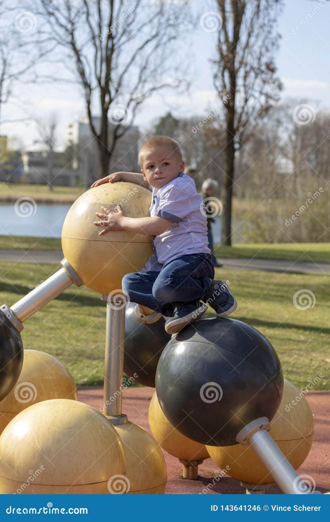 Portret blond chłopiec na boisku troszkę